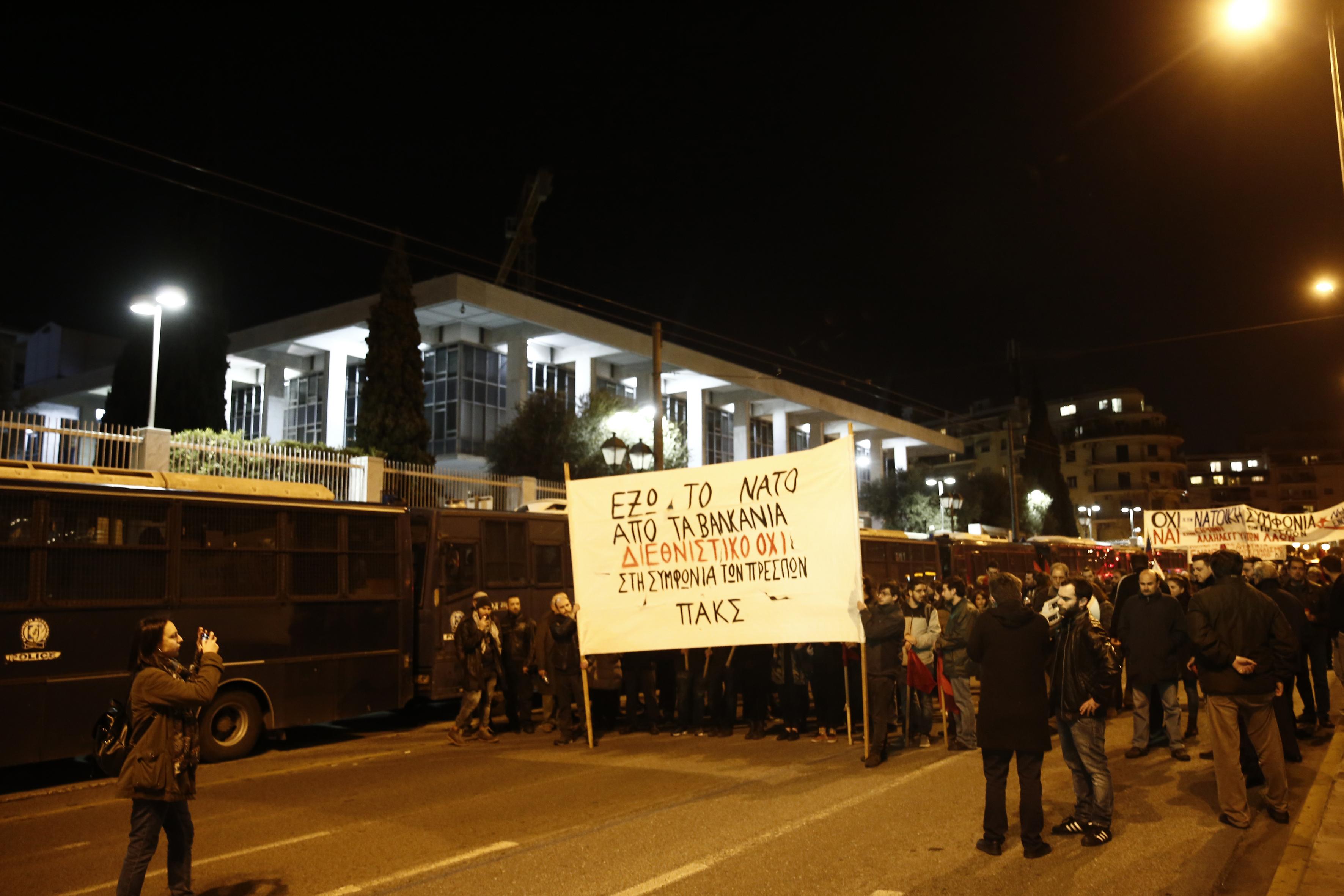 entasi-kai-chimika-sto-syntagma-amp-8211-se-10-syllipseis-kai-133-prosagoges-prochorise-i-elas-fotografies-vinteo21