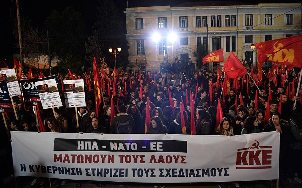 entasi-kai-chimika-sto-syntagma-amp-8211-se-10-syllipseis-kai-133-prosagoges-prochorise-i-elas-fotografies-vinteo19