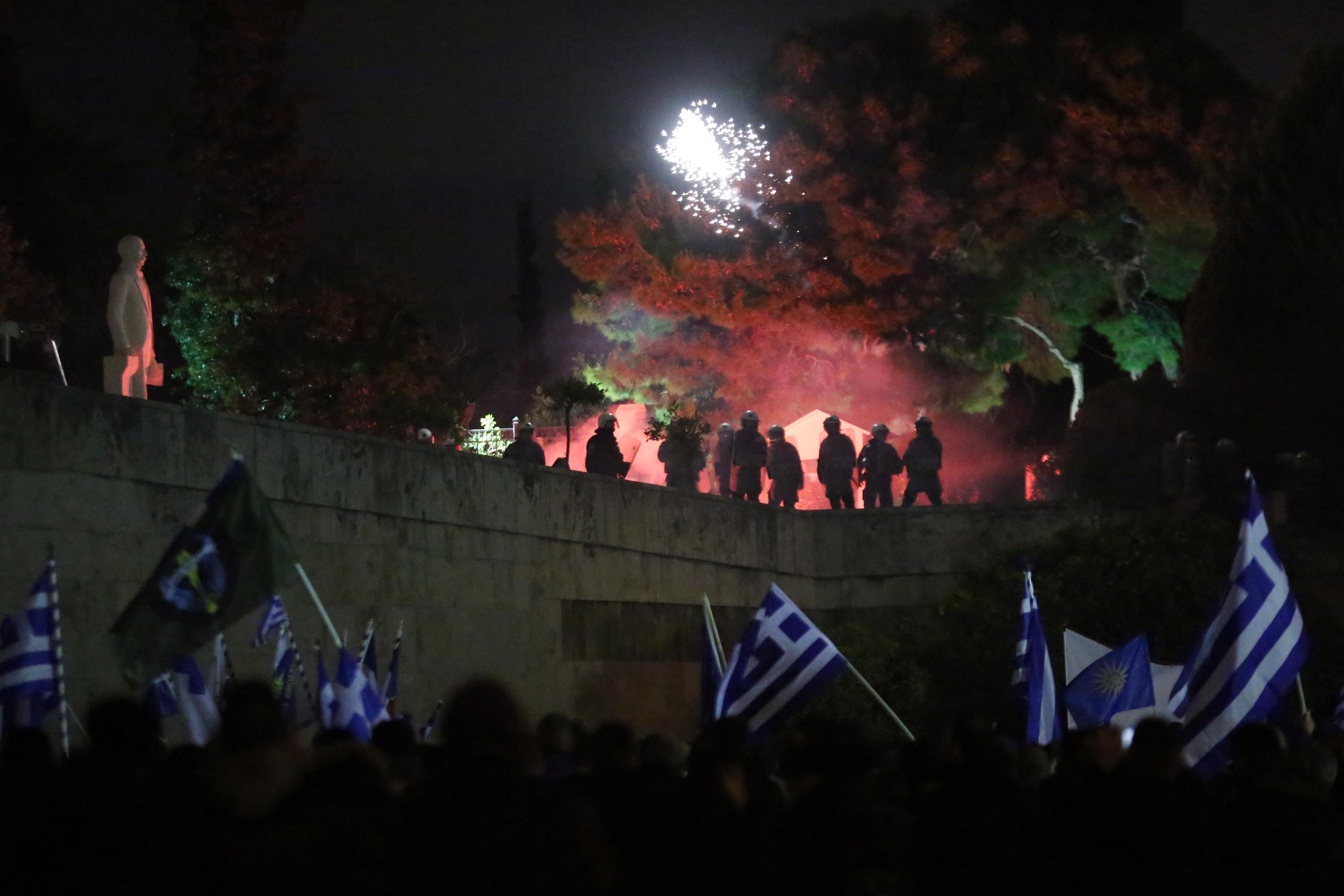 entasi-kai-chimika-sto-syntagma-amp-8211-se-10-syllipseis-kai-133-prosagoges-prochorise-i-elas-fotografies-vinteo6