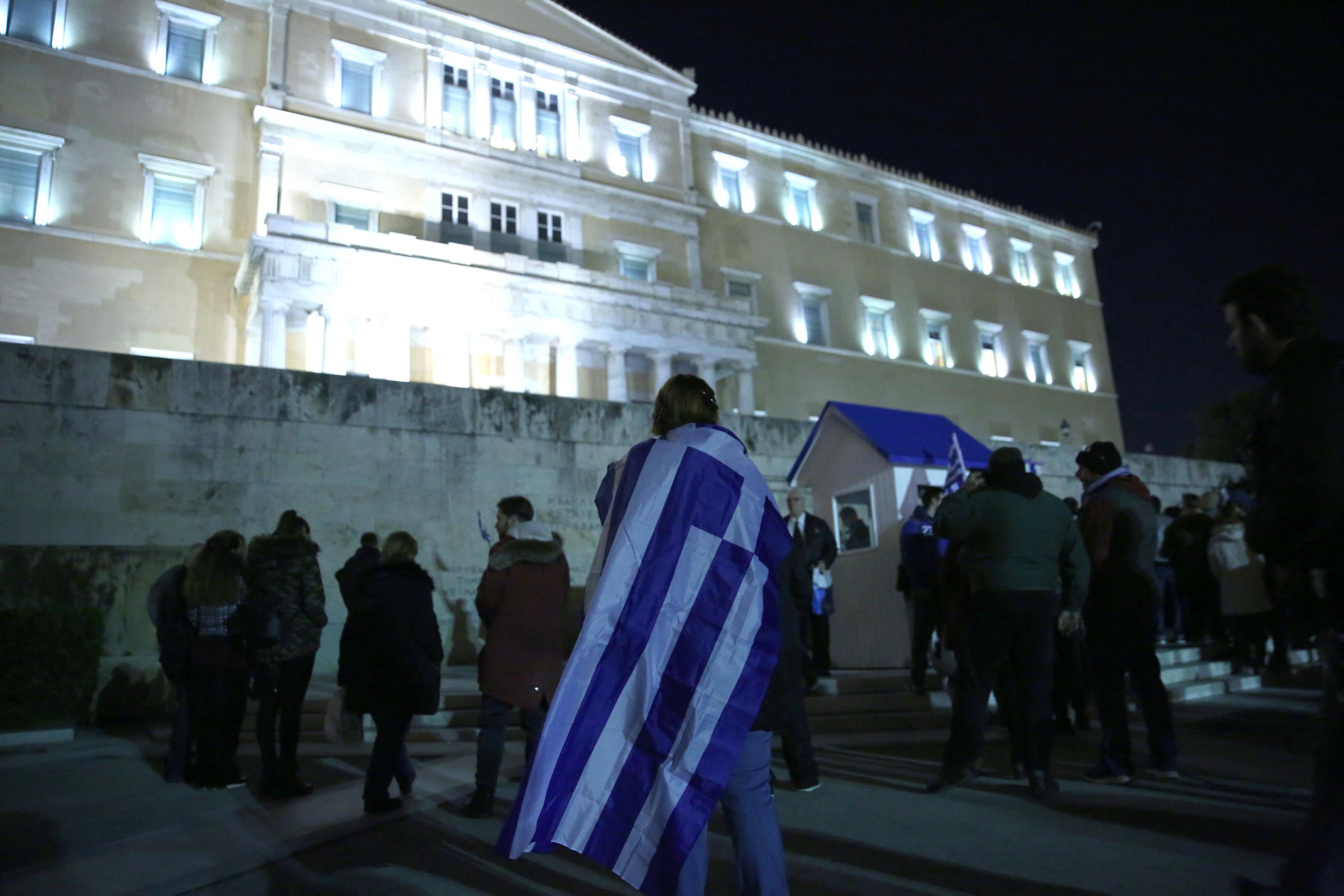 entasi-kai-chimika-sto-syntagma-amp-8211-se-10-syllipseis-kai-133-prosagoges-prochorise-i-elas-fotografies-vinteo15