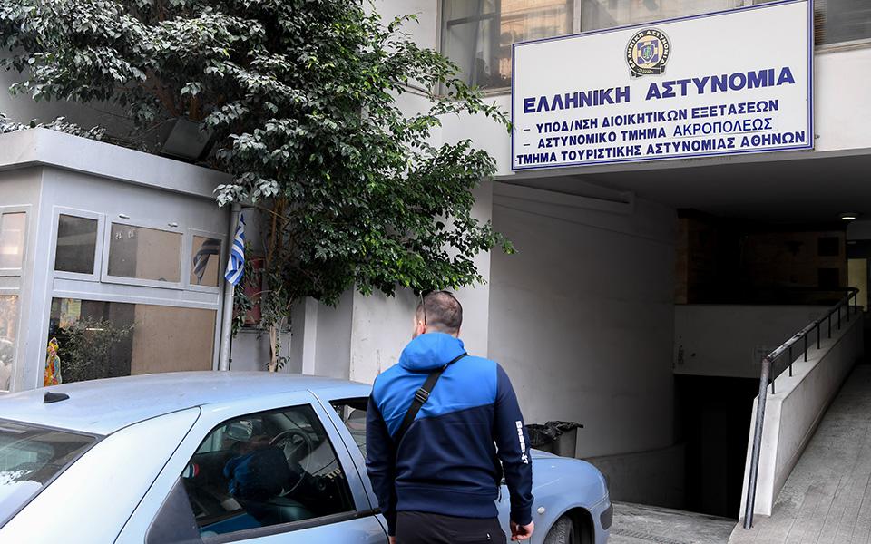 mparaz-epeisodion-se-athina-kai-thessaloniki-amp-8211-katadromiki-epithesi-me-molotof-sto-astynomiko-tmima-akropoleos1