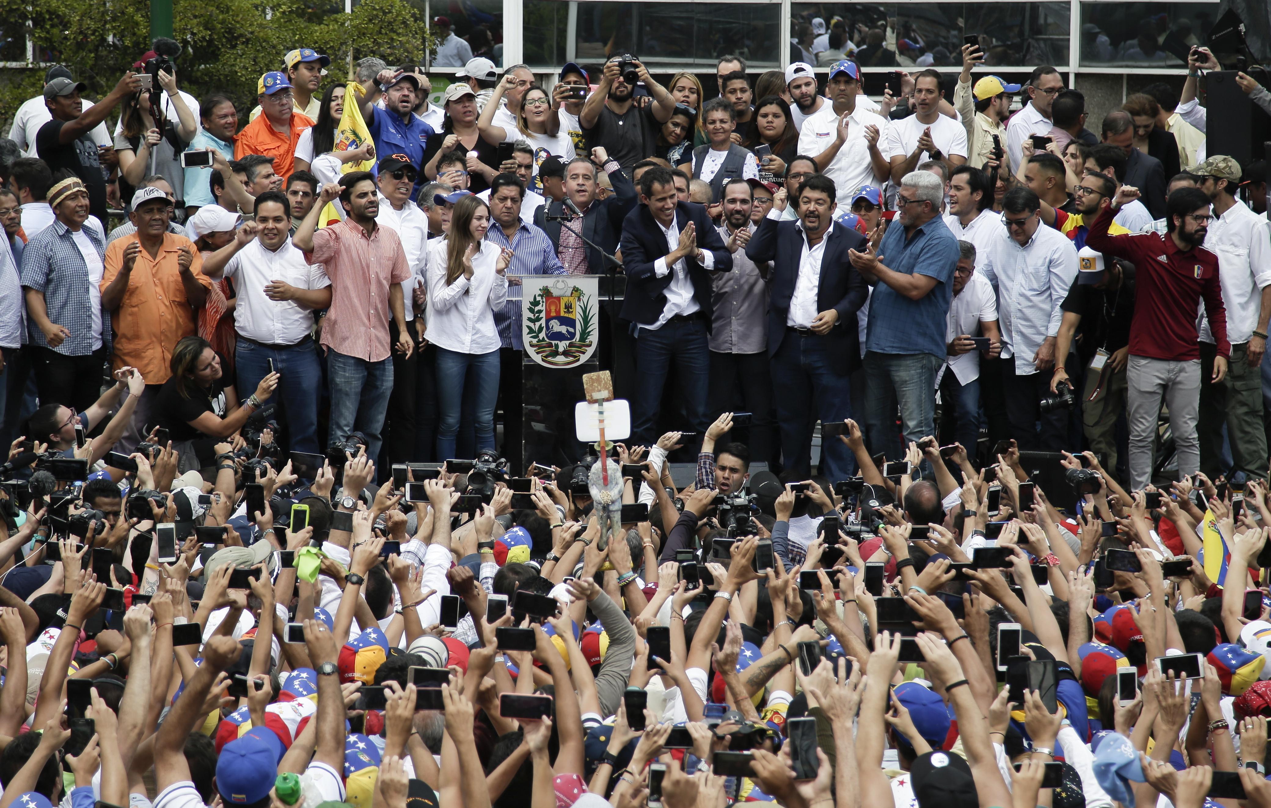 epestrepse-sti-venezoyela-o-gkoyaido-amp-8211-kalei-se-nees-diadiloseis-to-savvato-fotografies0