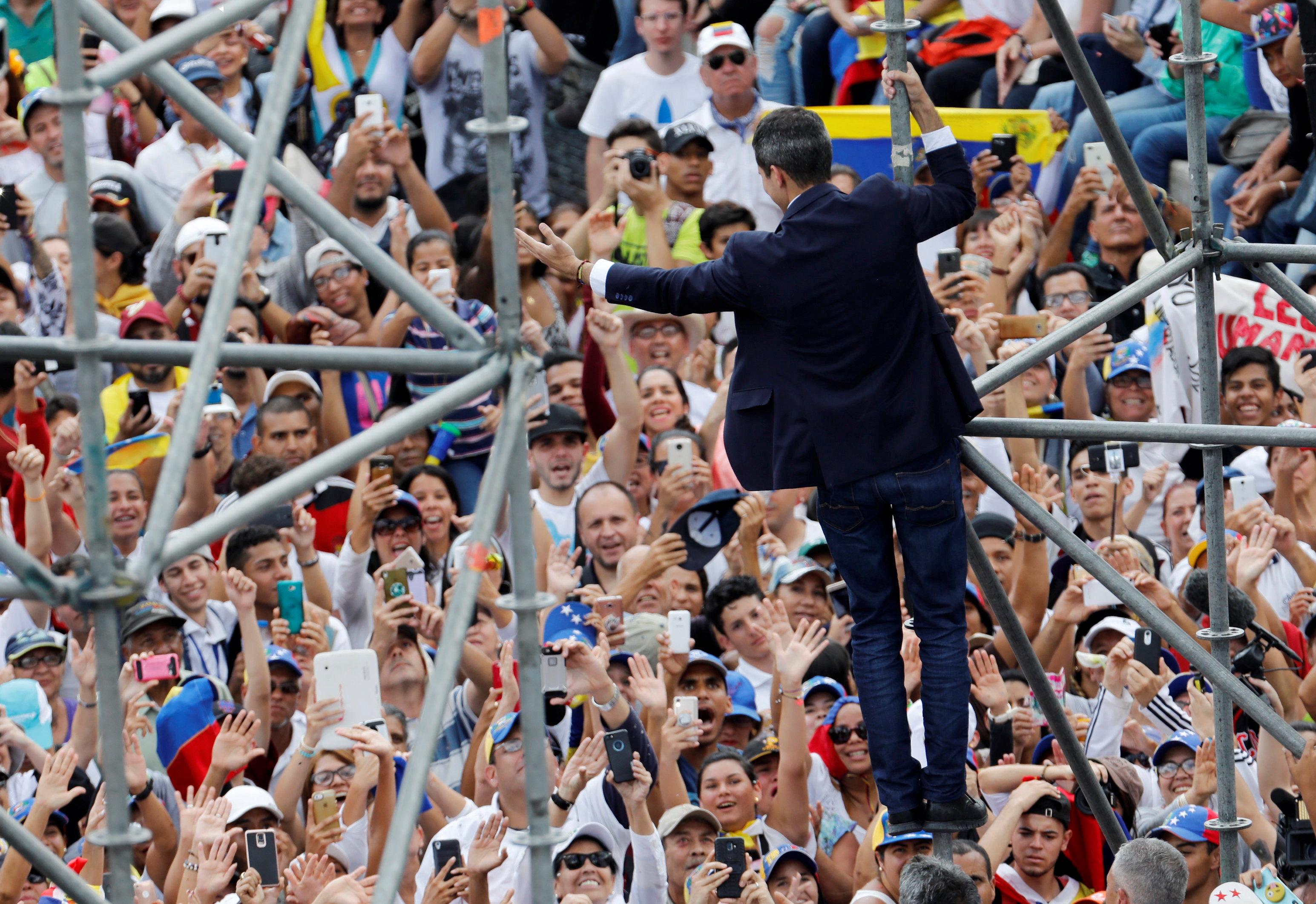 epestrepse-sti-venezoyela-o-gkoyaido-amp-8211-kalei-se-nees-diadiloseis-to-savvato-fotografies1
