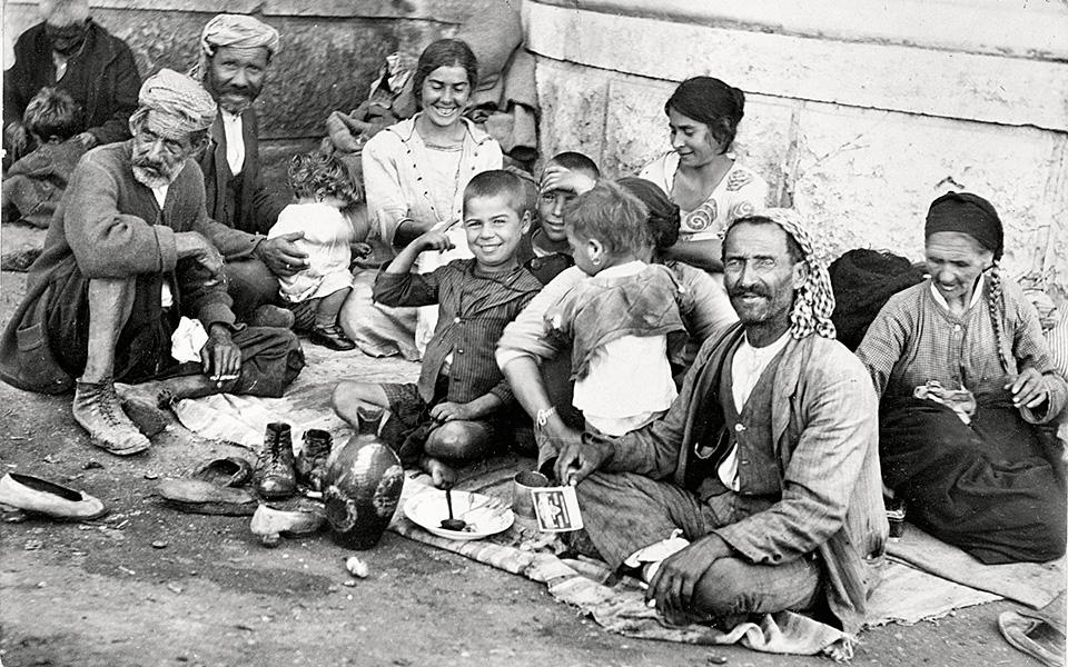 100-chronia-i-kathimerini-enas-aionas-me-ena-klik-amp-8211-1923-antallagi-plithysmon-vinteo1