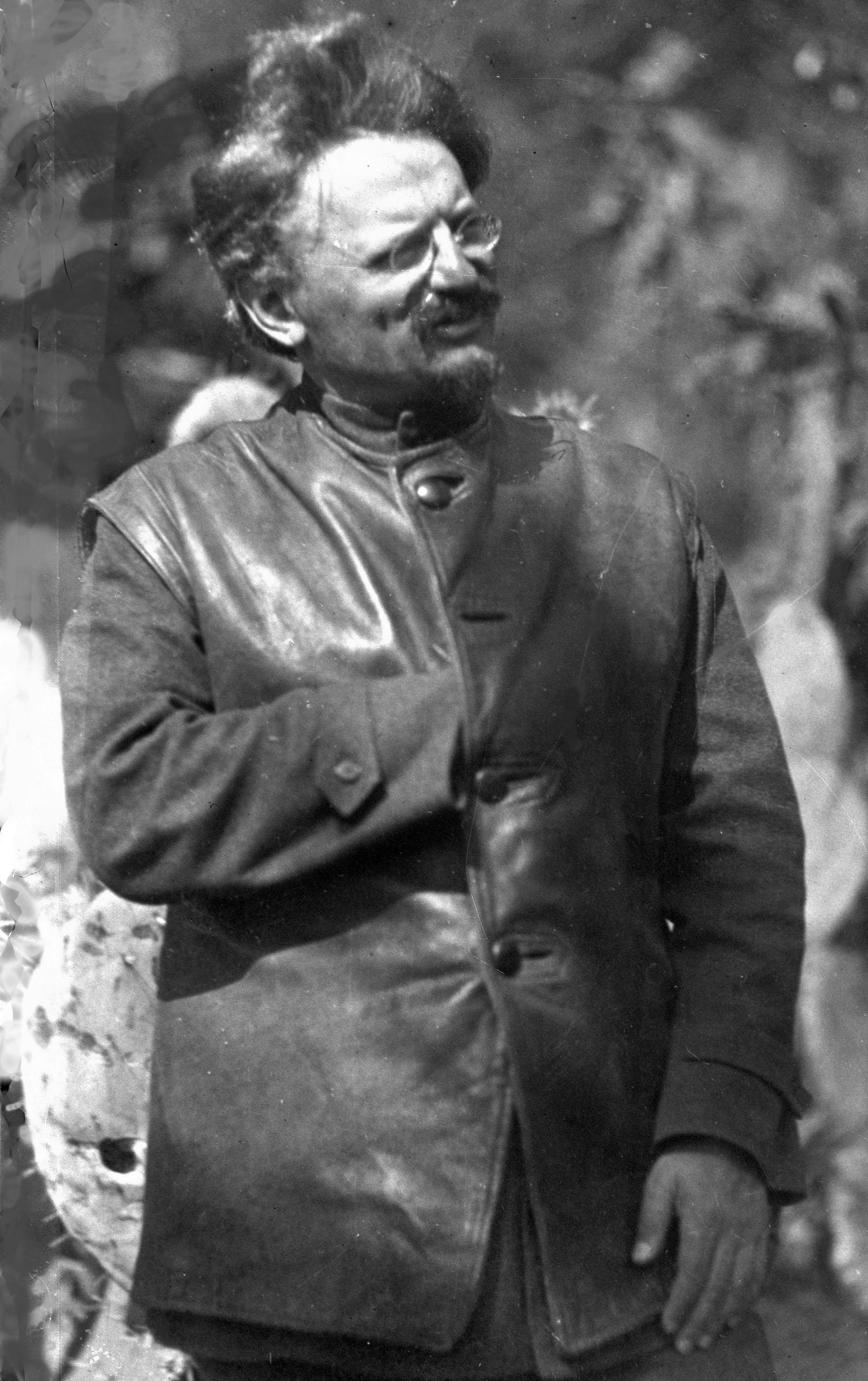100-chronia-i-kathimerini-enas-aionas-me-ena-klik-amp-8211-1927-stalin-enantion-trotski1