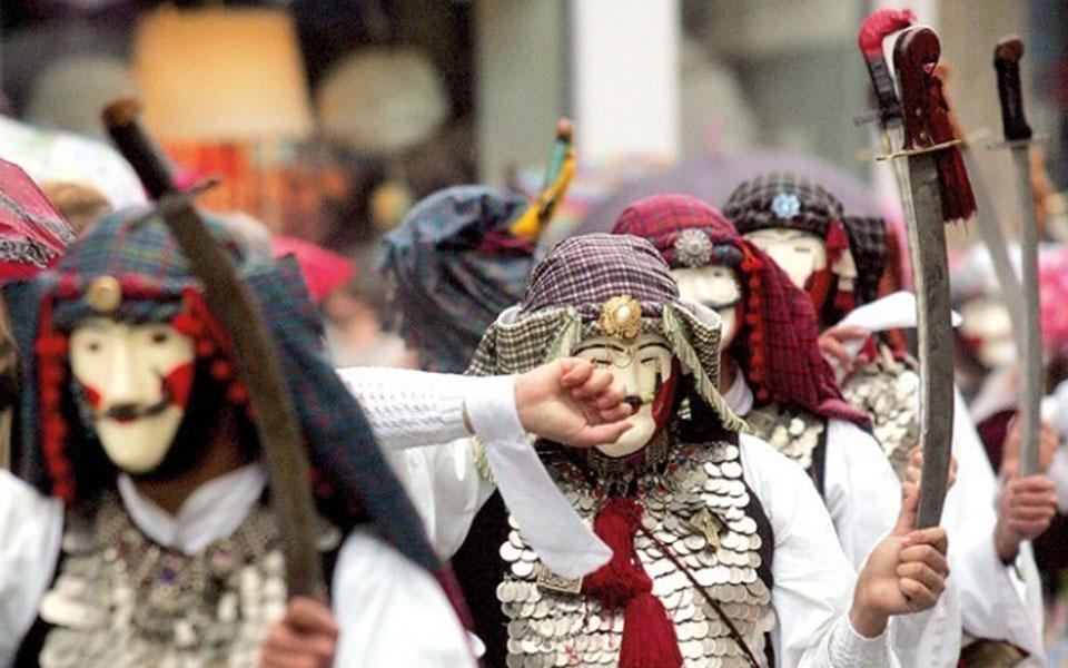 me-symmacho-ton-kairo-koryfonontai-oi-karnavalikes-ekdiloseis-sti-chora-fotografies15