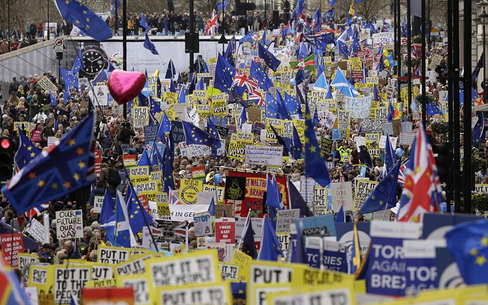 ena-ekatommyrio-diadilotes-kata-toy-brexit-sto-londino-amp-8211-sfiggei-o-kloios-gia-tin-mei-vinteo-amp-8211-fotografies3