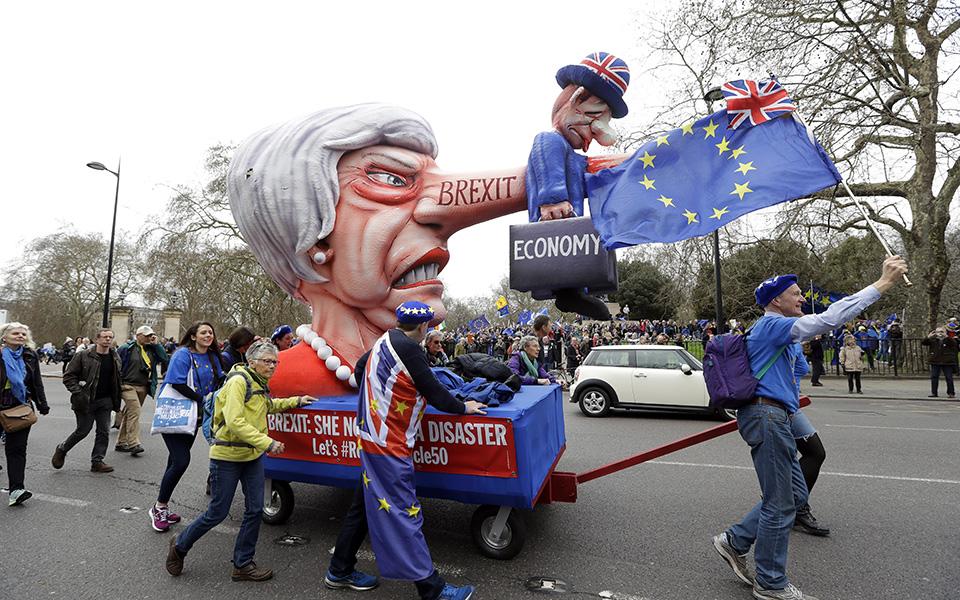 ena-ekatommyrio-diadilotes-kata-toy-brexit-sto-londino-amp-8211-sfiggei-o-kloios-gia-tin-mei-vinteo-amp-8211-fotografies6