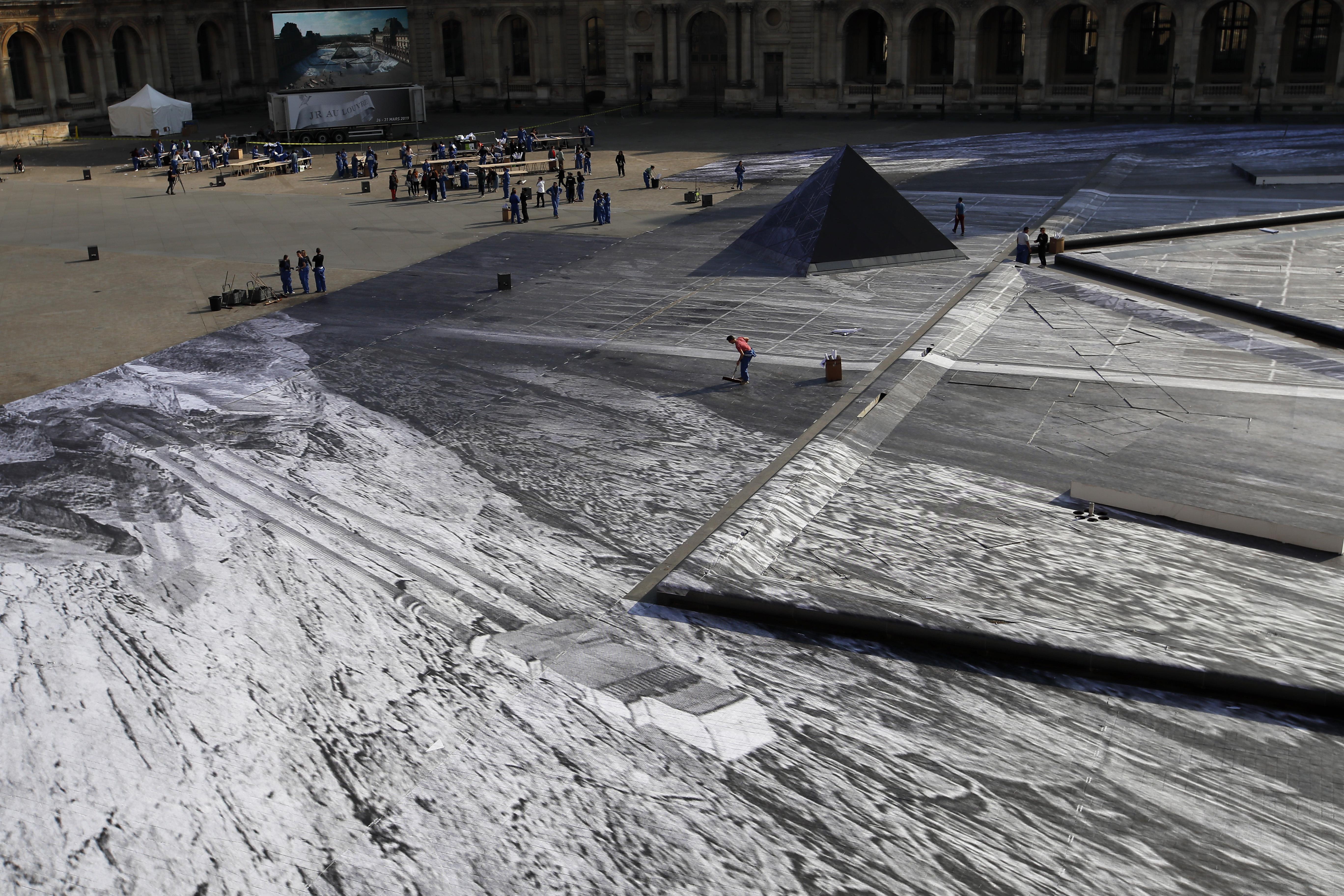 gallos-street-artist-apokalypse-tin-ayli-toy-napoleonta-stin-pyramida-toy-loyvroy-fotografies3