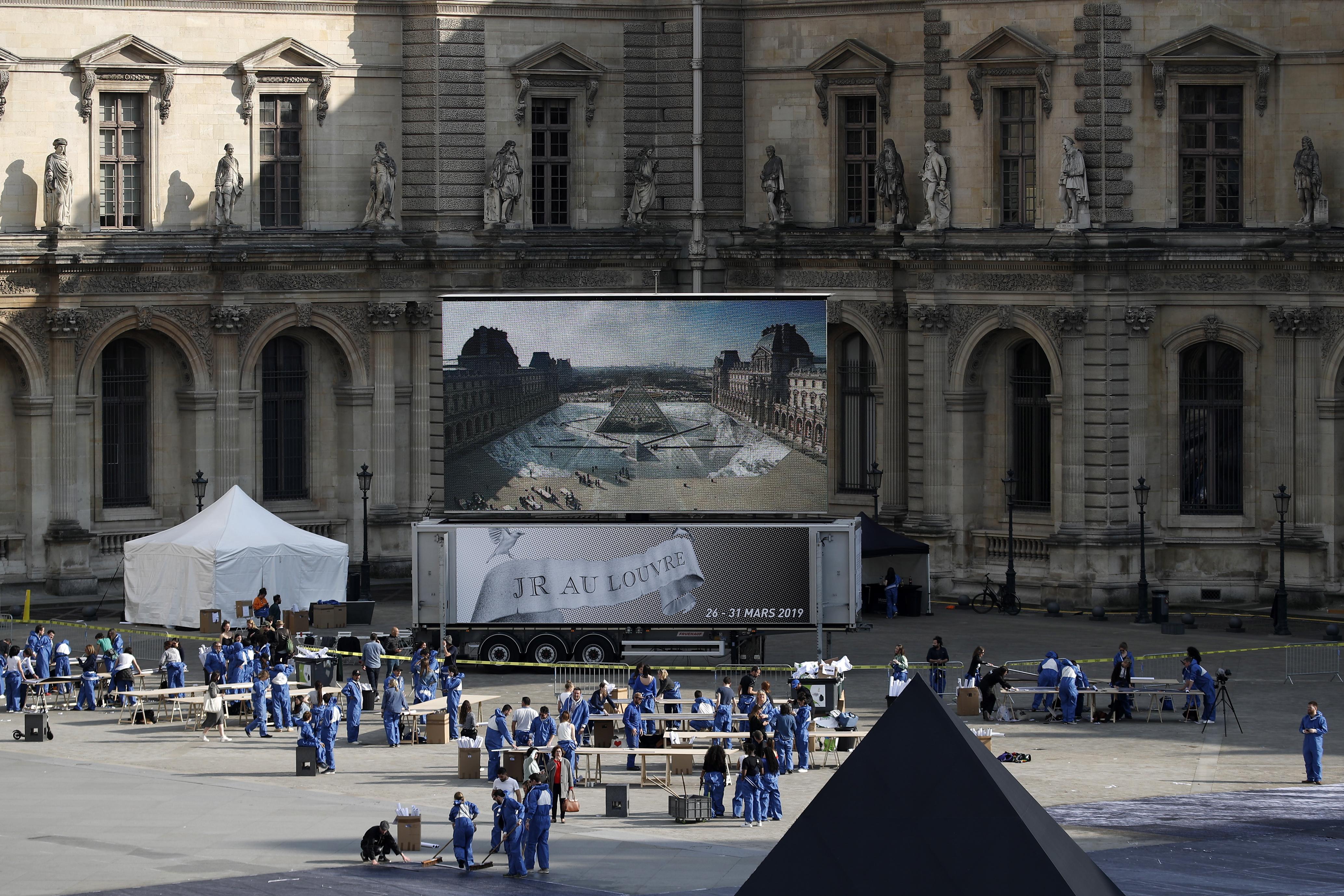 gallos-street-artist-apokalypse-tin-ayli-toy-napoleonta-stin-pyramida-toy-loyvroy-fotografies5