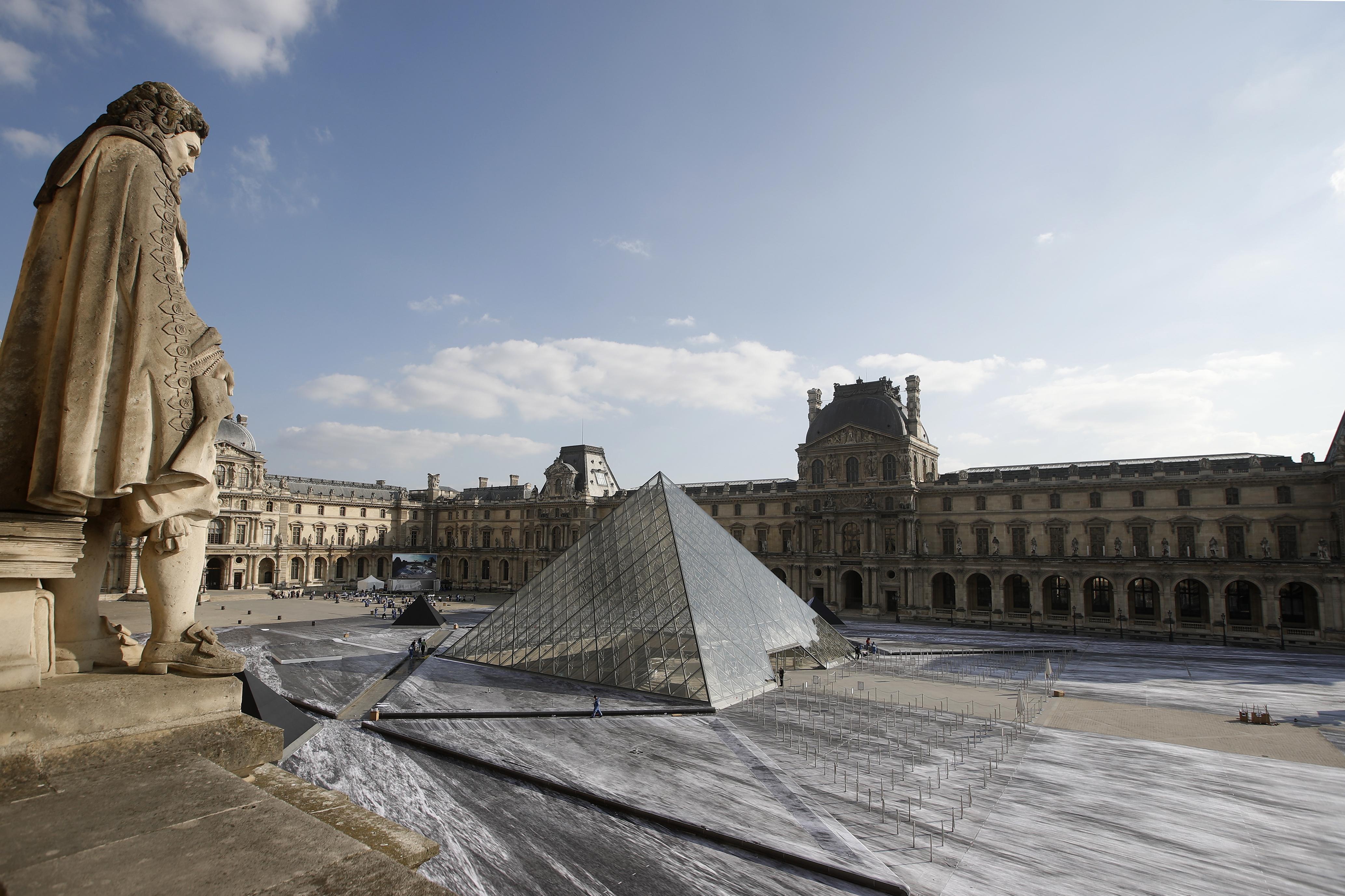 gallos-street-artist-apokalypse-tin-ayli-toy-napoleonta-stin-pyramida-toy-loyvroy-fotografies9