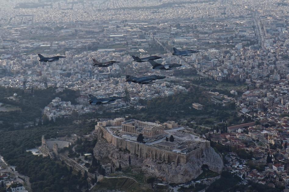 machitika-petaxan-pano-apo-tin-akropoli-gia-tin-askisi-iniochos-2019-vinteo3