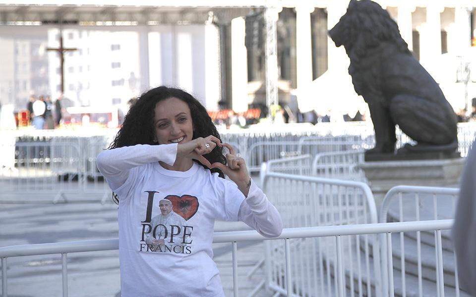 sta-skopia-tin-triti-o-papas-fragkiskos-amp-8211-istoriki-proti-episkepsi-pontifika-sti-v-makedonia-vinteo-amp-8211-fotografies3