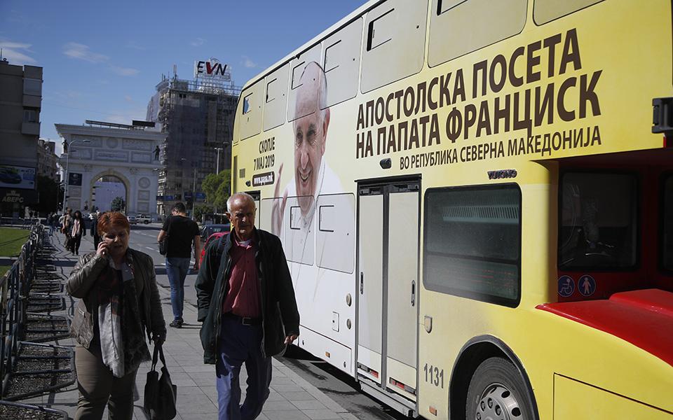 sta-skopia-tin-triti-o-papas-fragkiskos-amp-8211-istoriki-proti-episkepsi-pontifika-sti-v-makedonia-vinteo-amp-8211-fotografies1