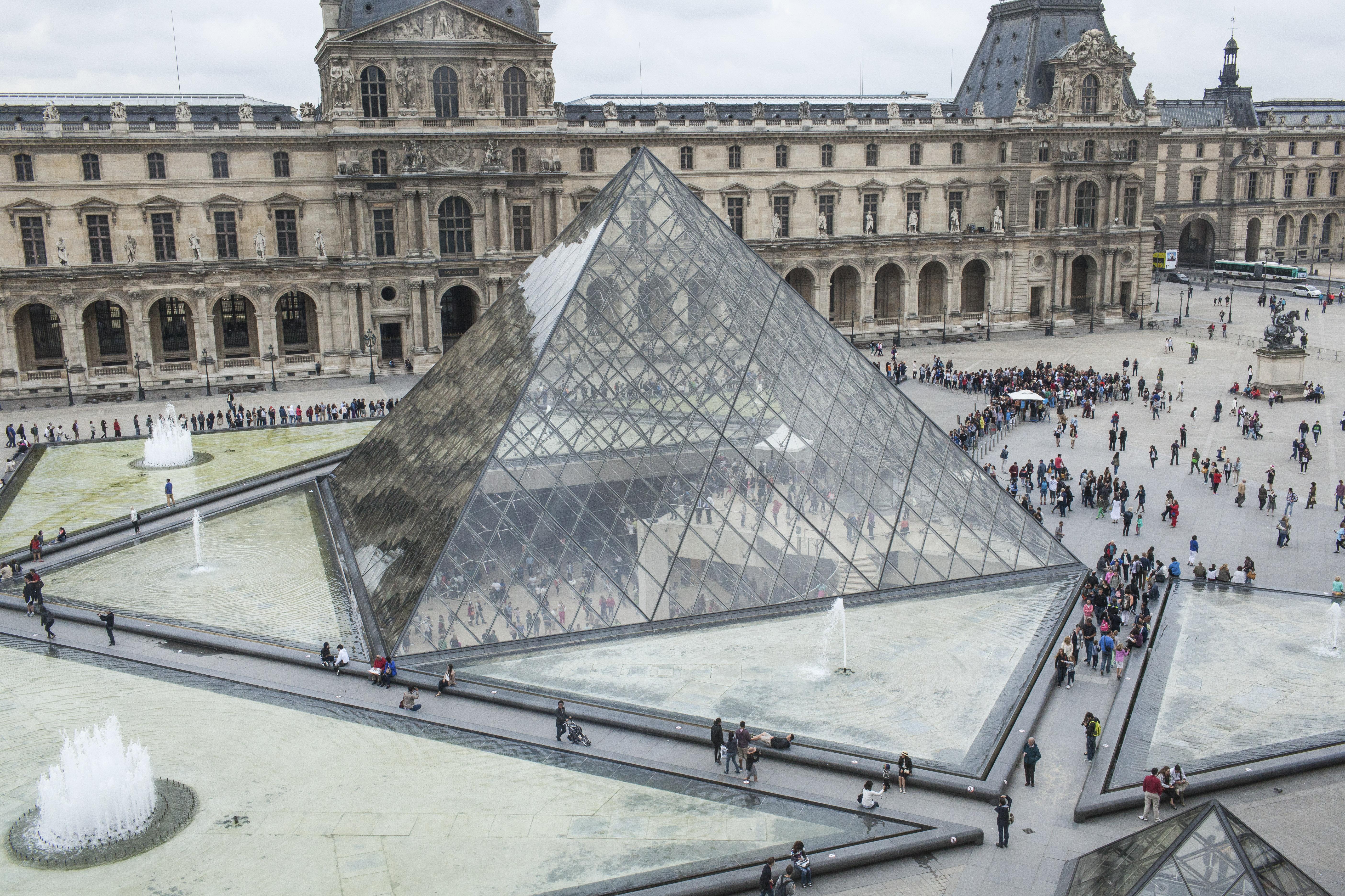 efyge-apo-ti-zoi-o-architektonas-tis-gyalinis-pyramidas-toy-loyvroy-i-m-pei1