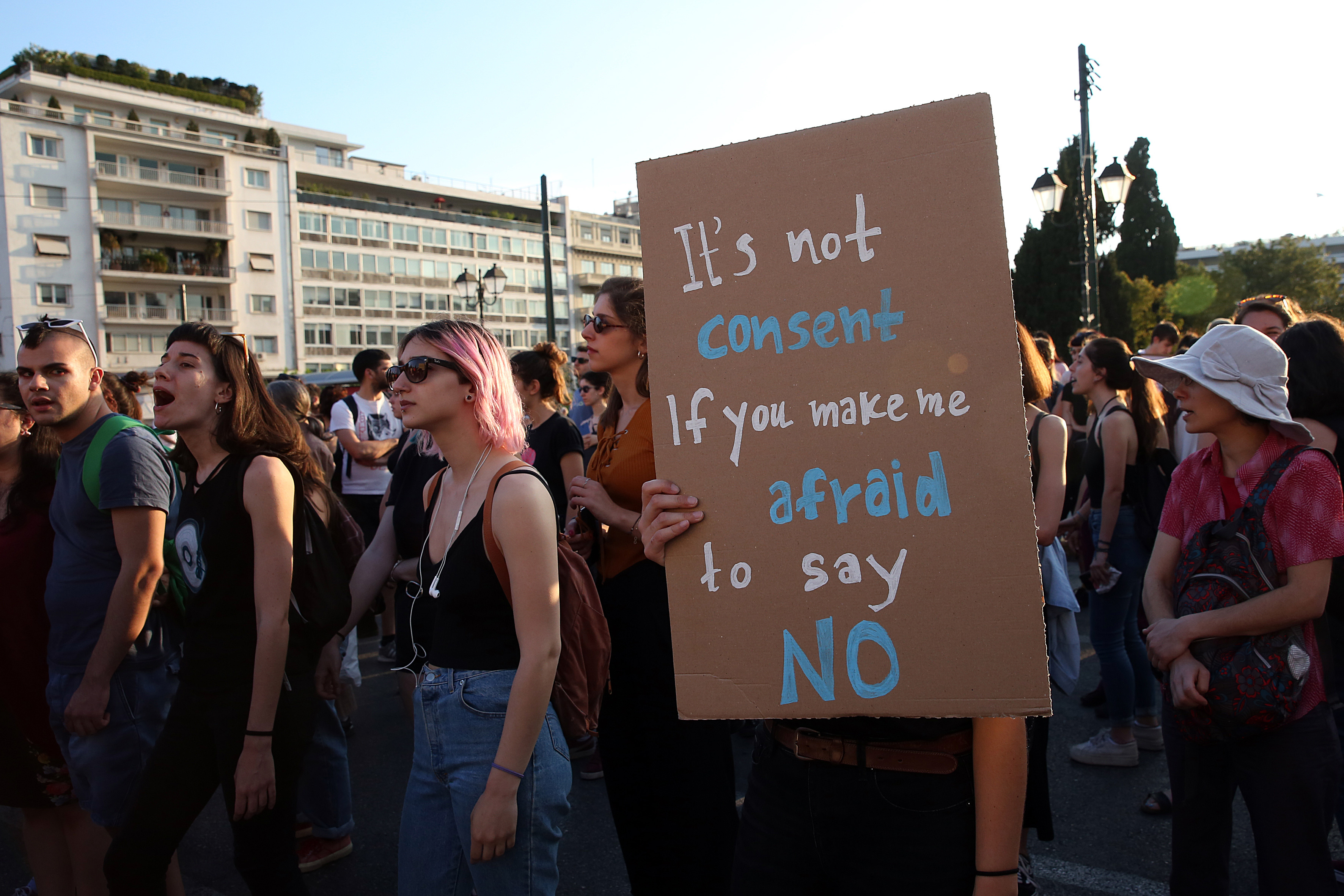 sygkentrosi-feministikon-organoseon-sto-syntagma-enantia-sto-arthro-336-toy-neoy-poinikoy-kodika3