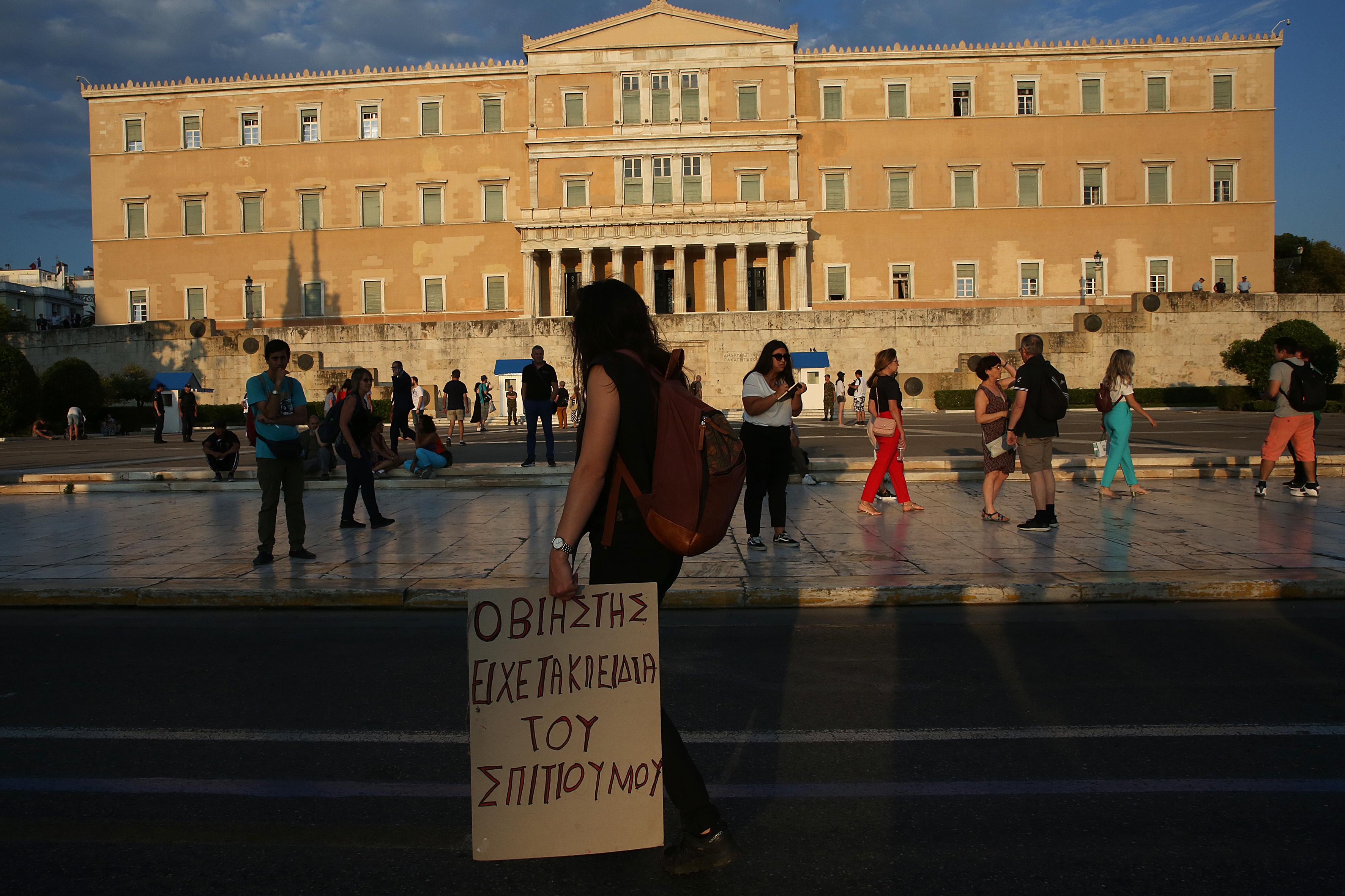 sygkentrosi-feministikon-organoseon-sto-syntagma-enantia-sto-arthro-336-toy-neoy-poinikoy-kodika1