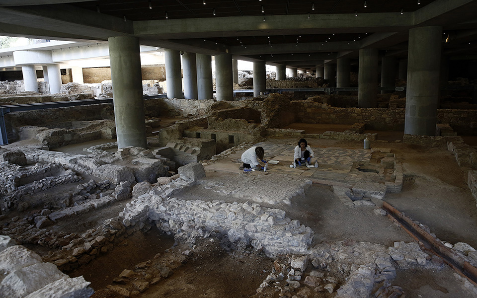 anoigei-gia-to-koino-i-archaia-athinaiki-geitonia-kato-apo-to-moyseio-tis-akropolis-fotografies1