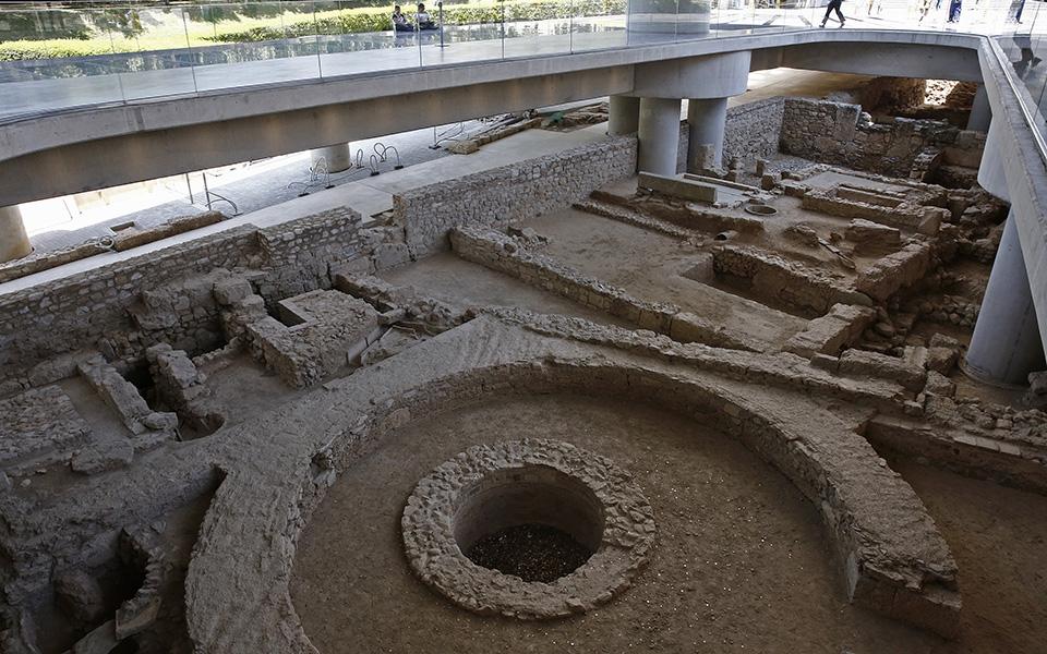 anoigei-gia-to-koino-i-archaia-athinaiki-geitonia-kato-apo-to-moyseio-tis-akropolis-fotografies3