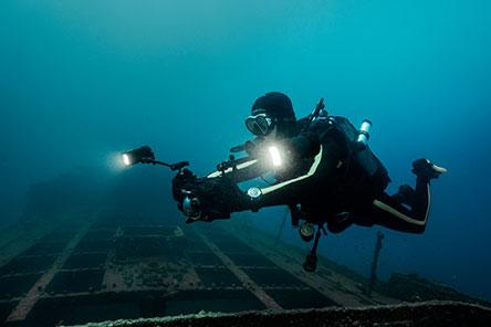 h-iwc-ston-agona-gia-ti-diasosi-ton-okeanon-me-toys-cousteau-divers1