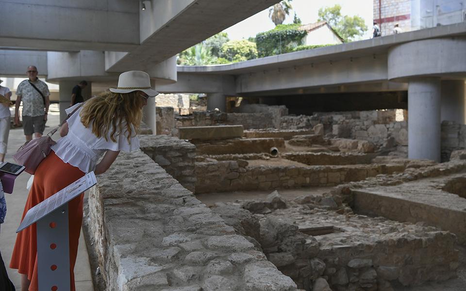 anoixe-gia-to-koino-i-archaia-geitonia-kato-apo-to-moyseio-tis-akropolis-fotografies4