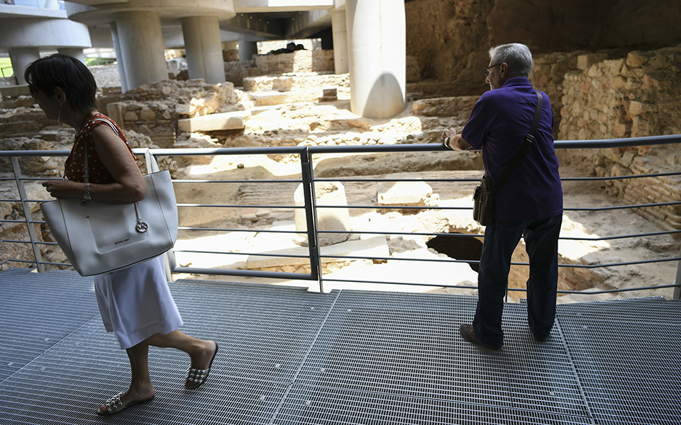anoixe-gia-to-koino-i-archaia-geitonia-kato-apo-to-moyseio-tis-akropolis-fotografies6