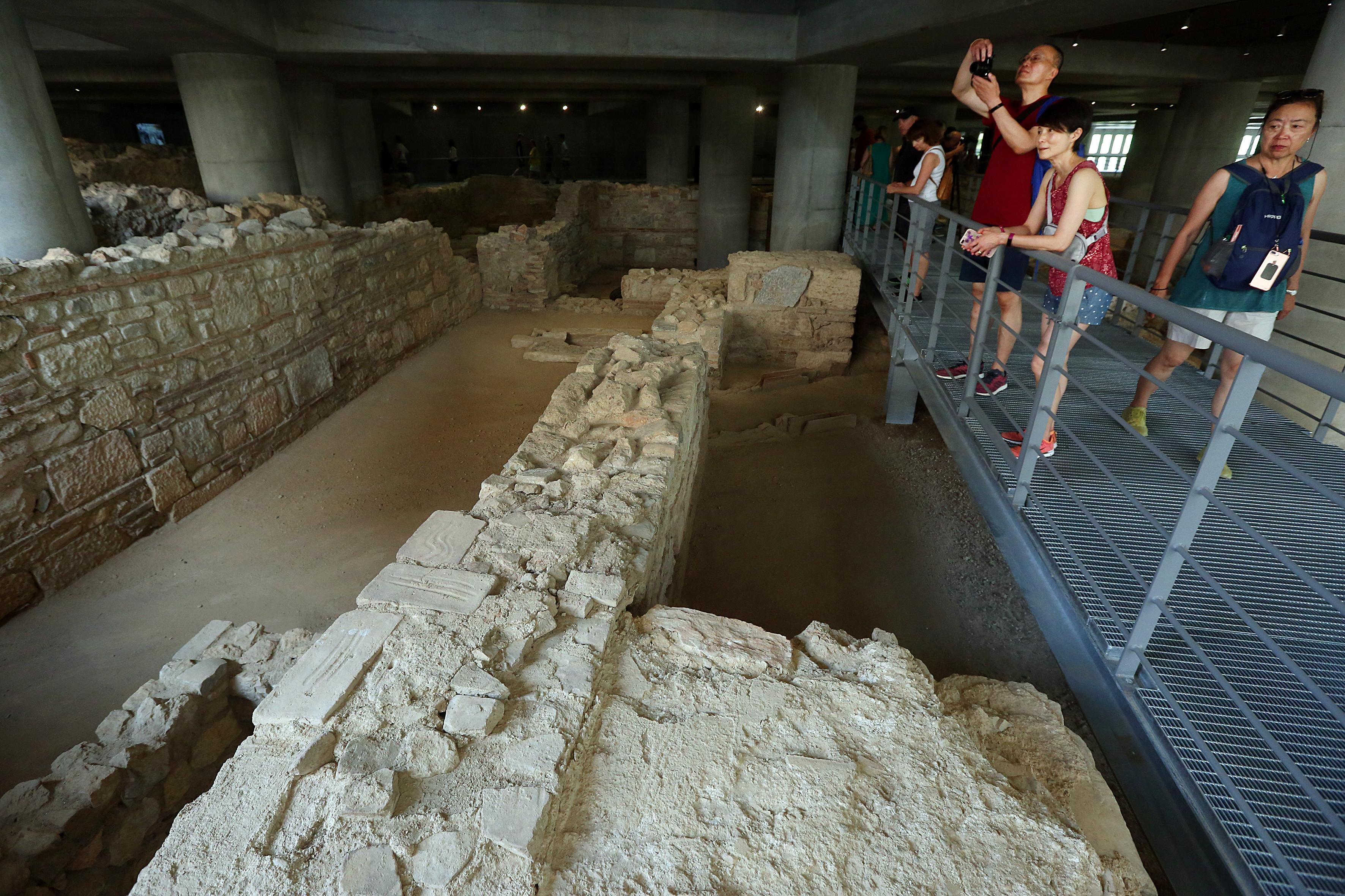 anoixe-gia-to-koino-i-archaia-geitonia-kato-apo-to-moyseio-tis-akropolis-fotografies5