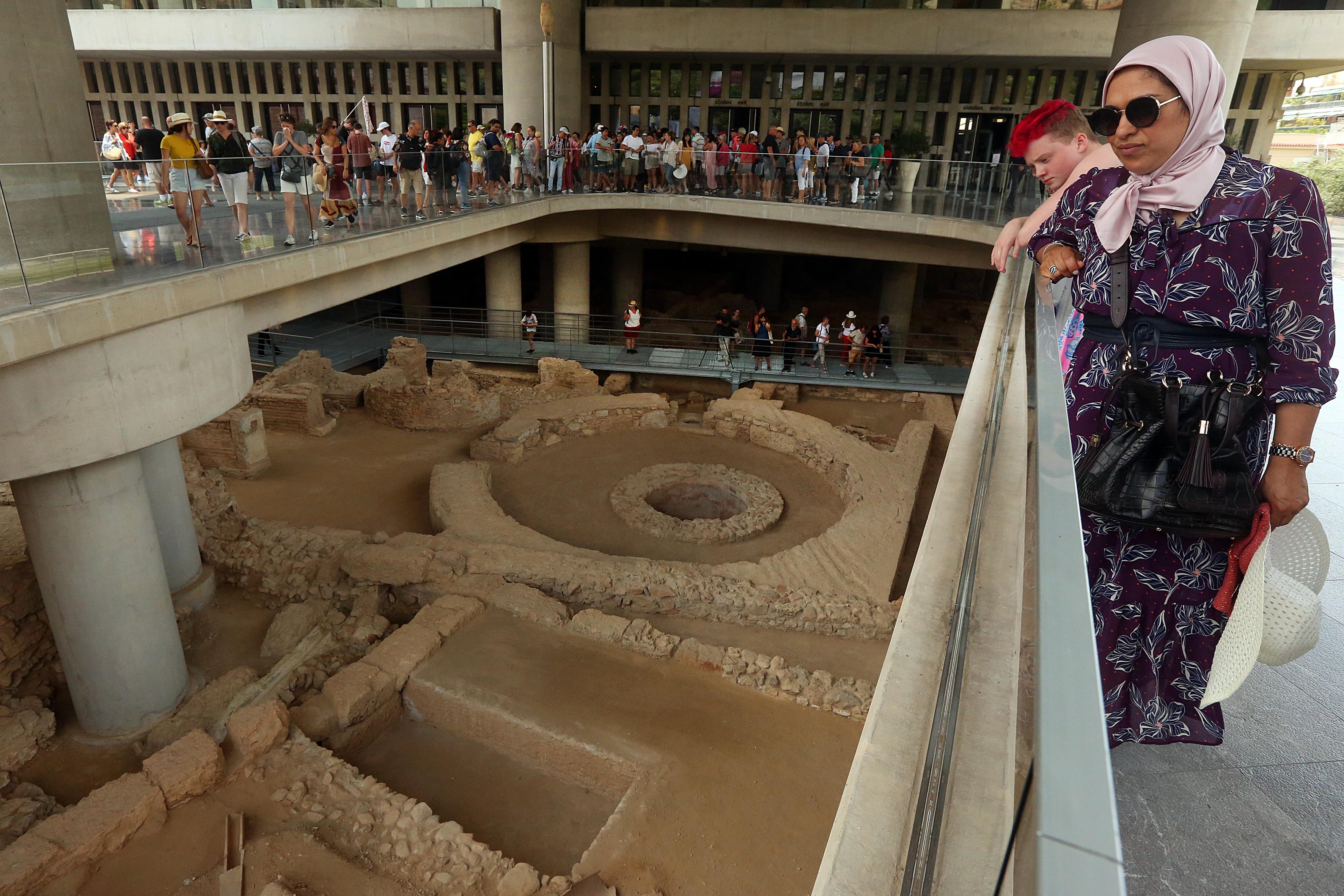anoixe-gia-to-koino-i-archaia-geitonia-kato-apo-to-moyseio-tis-akropolis-fotografies0