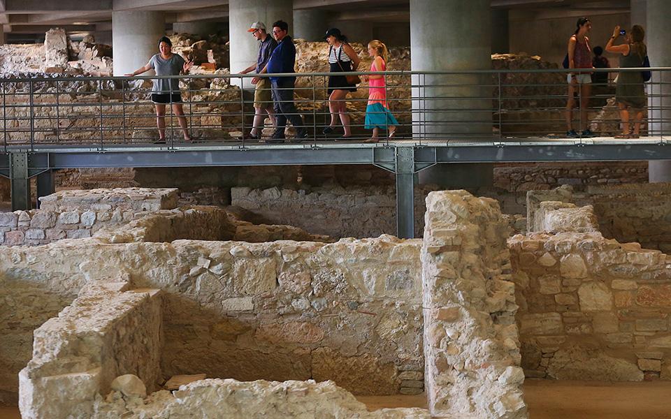 anoixe-gia-to-koino-i-archaia-geitonia-kato-apo-to-moyseio-tis-akropolis-fotografies2