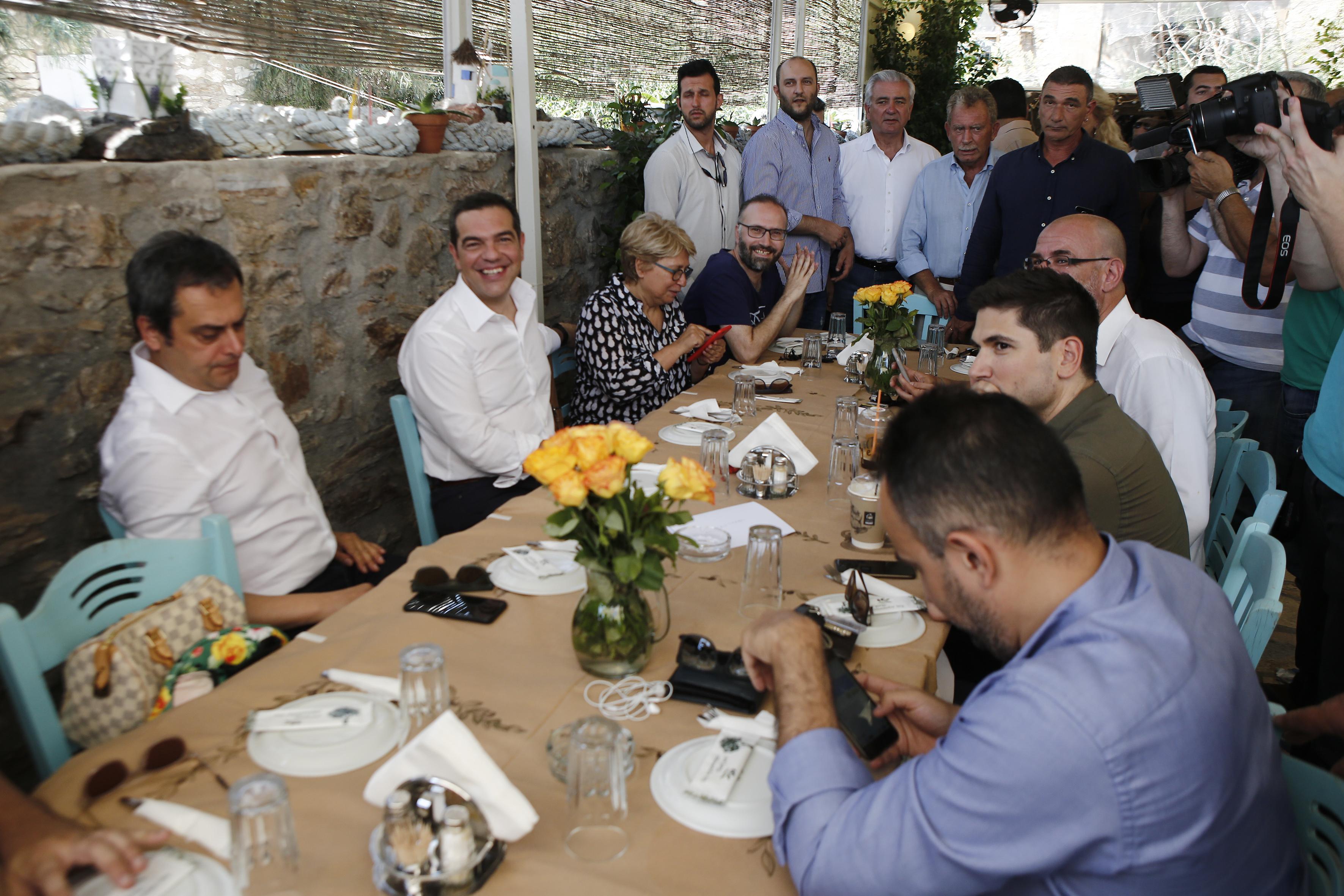 se-taverna-sto-layrio-to-proeklogiko-geyma-tsipra-vinteo-fotografies1