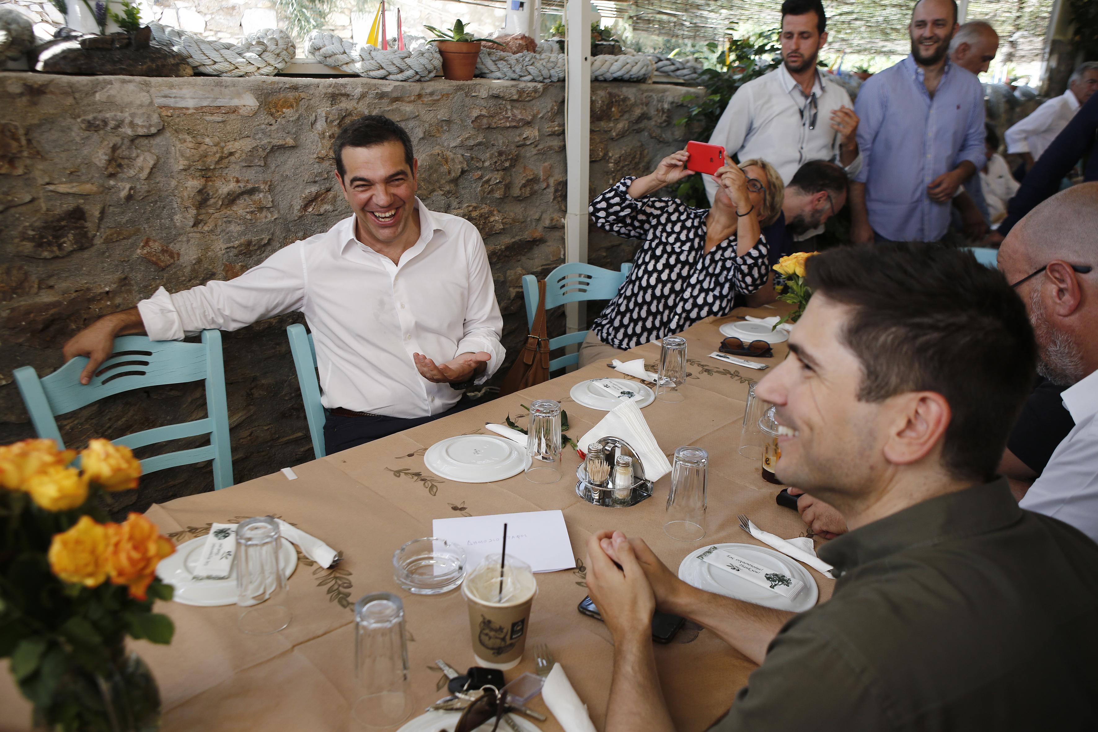se-taverna-sto-layrio-to-proeklogiko-geyma-tsipra-vinteo-fotografies3