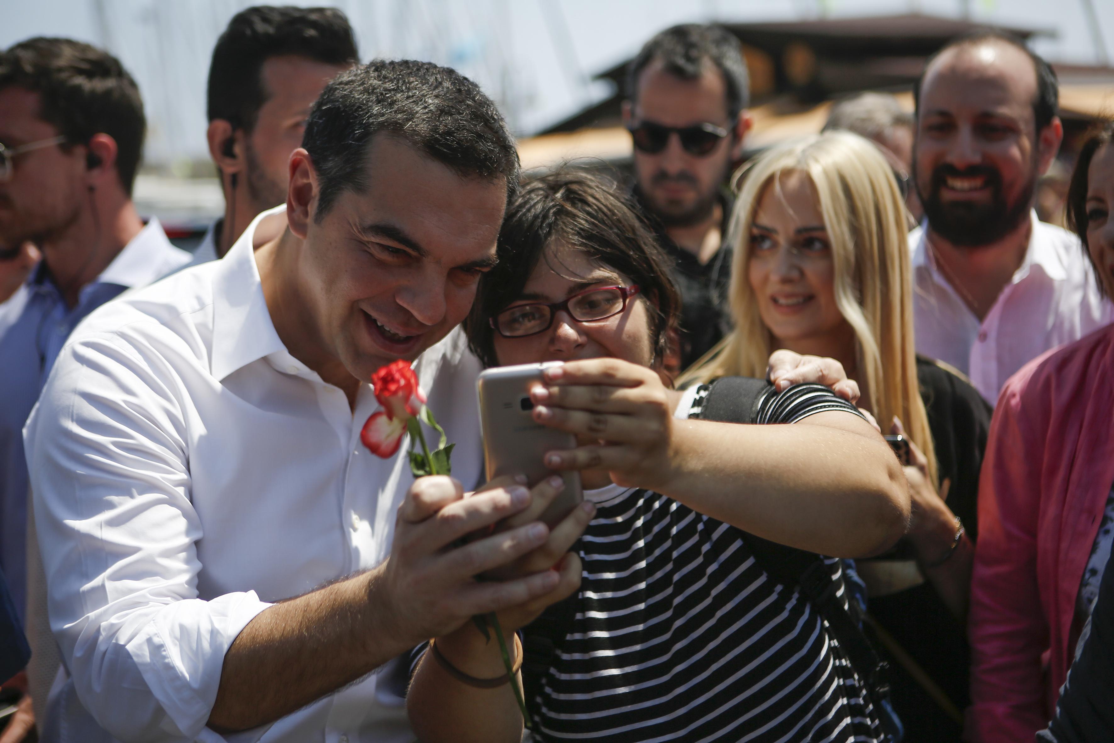 se-taverna-sto-layrio-to-proeklogiko-geyma-tsipra-vinteo-fotografies13