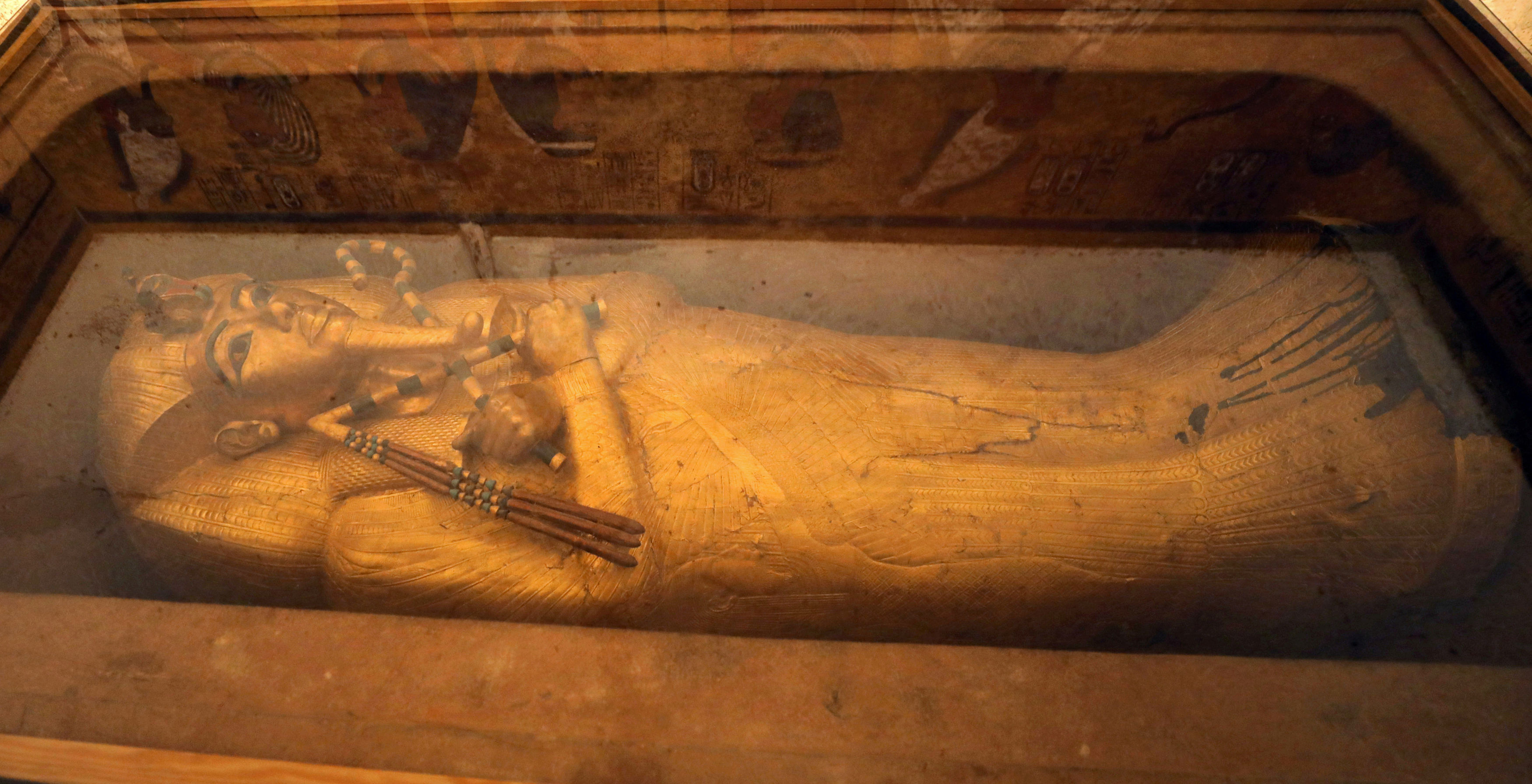 aigyptos-i-epichrysi-sarkofagos-toy-toytagchamon-syntireitai-gia-proti-fora-stin-istoria-tis1
