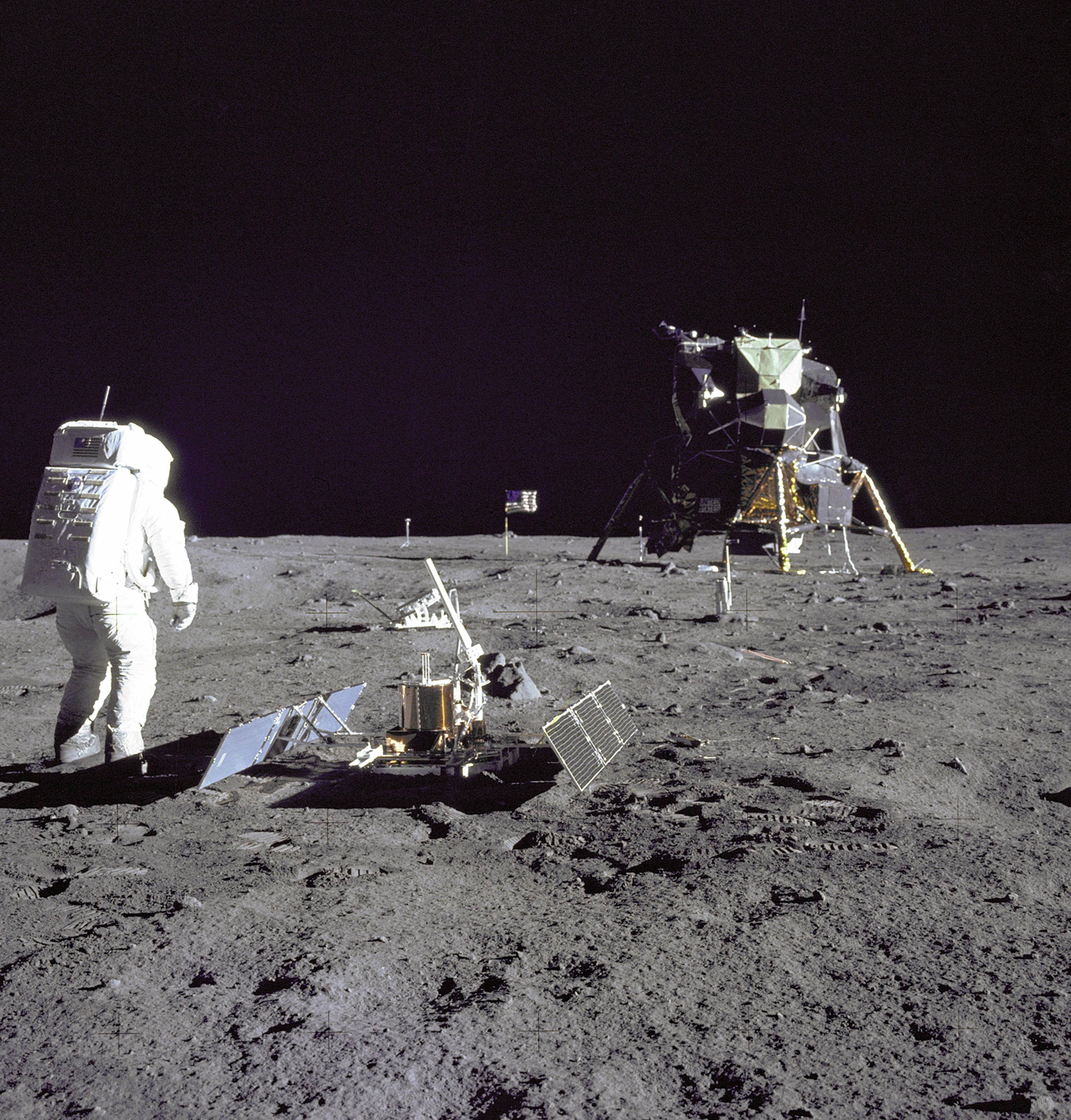 moon-hoax-i-gennisi-kai-i-kryfi-goiteia-toy3