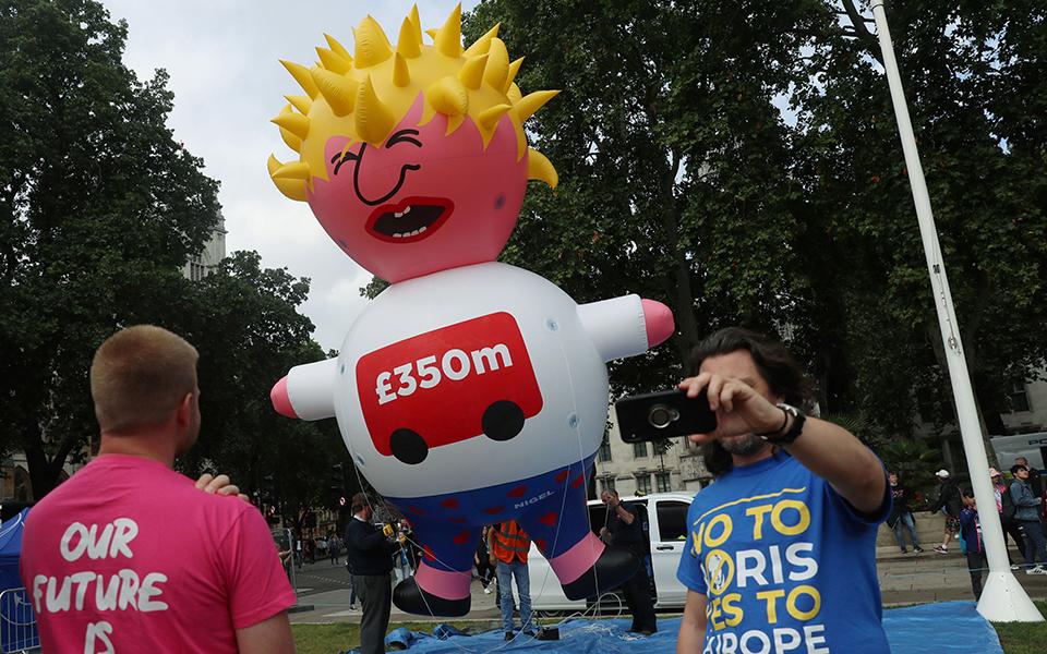 o-mp-tzonson-os-klapsiariko-moro-ston-oyrano-toy-londinoy-fotografies13