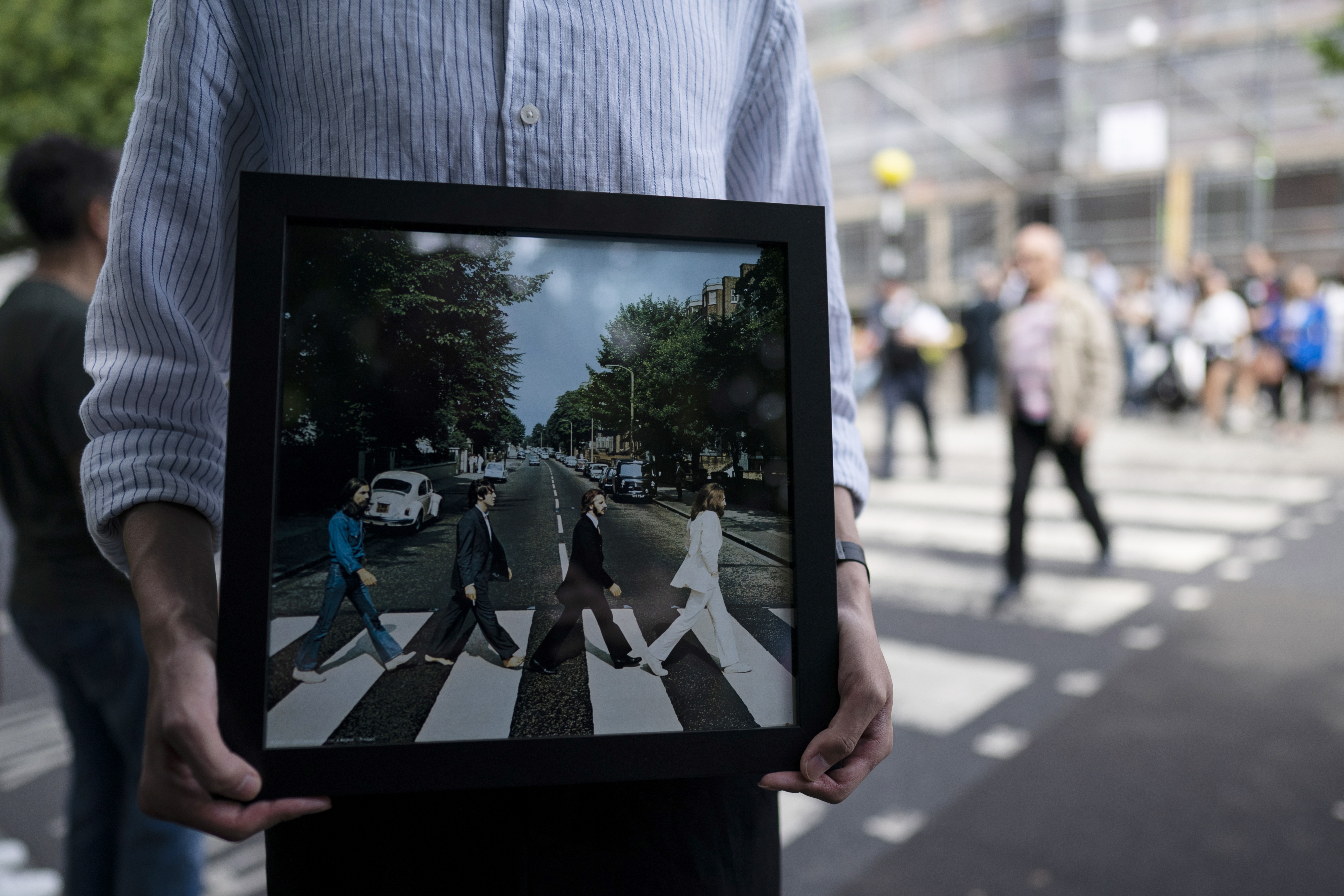 fan-ton-beatles-giortazoyn-tin-50i-epeteio-tis-fotografias-toy-abbey-road-fotografies4