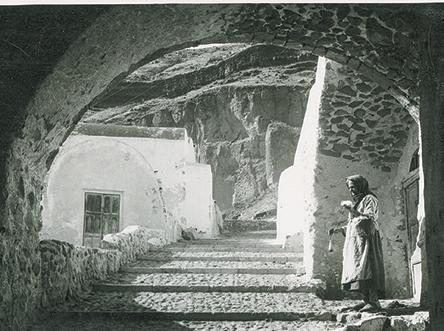 ena-psifiako-fotografiko-archeio-apokathista-tin-alithini-omorfia-tis-santorinis3