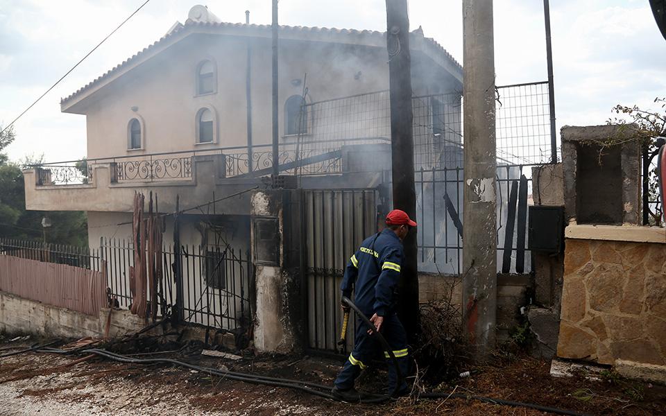 katastrofes-se-spitia-apo-tin-fotia-sto-lagonisi-fotografies1