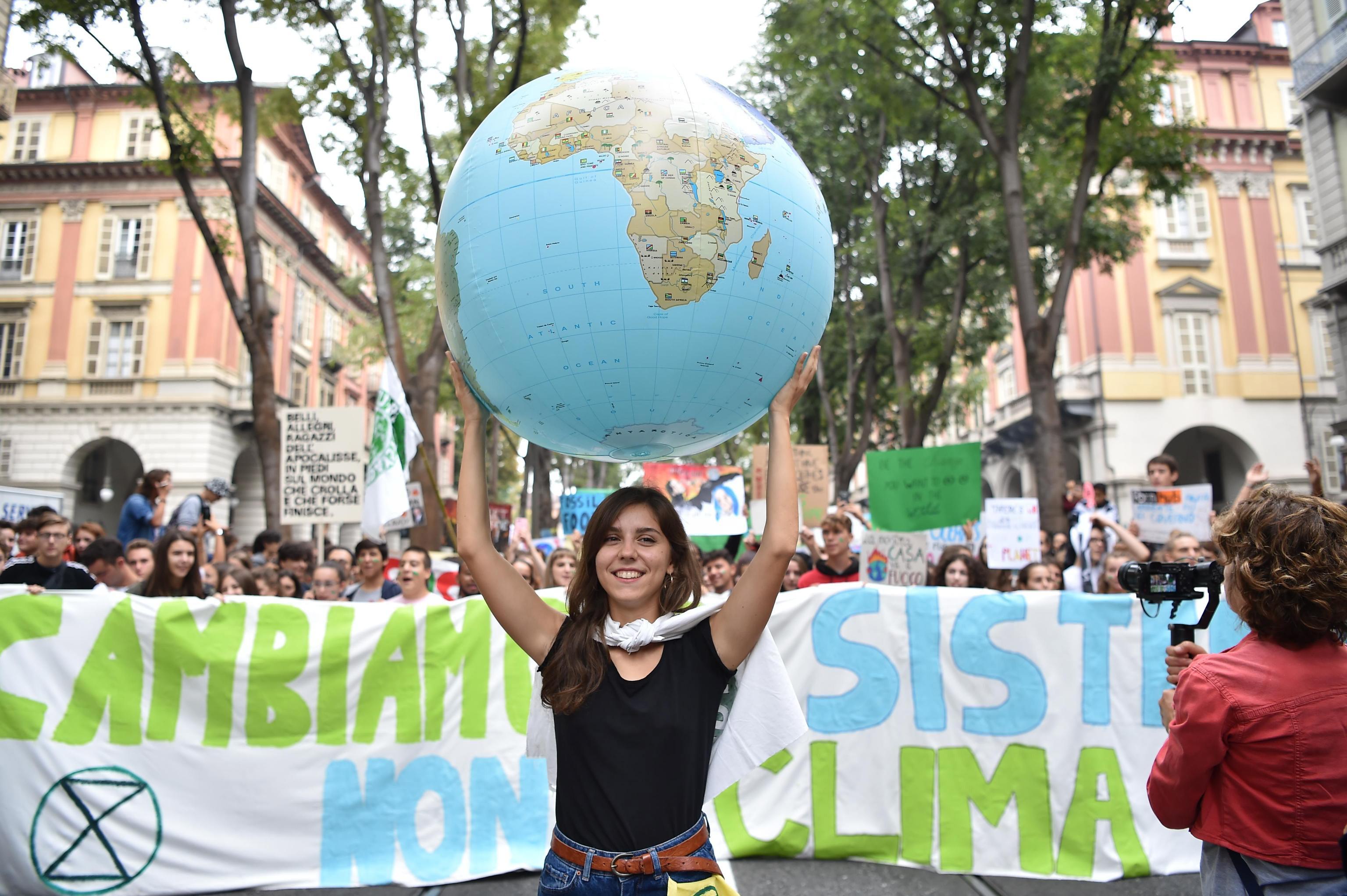 italia-perissoteroi-apo-ena-ekatommyrio-anthropoi-diadilosan-gia-tin-klimatiki-allagi-fotografies1