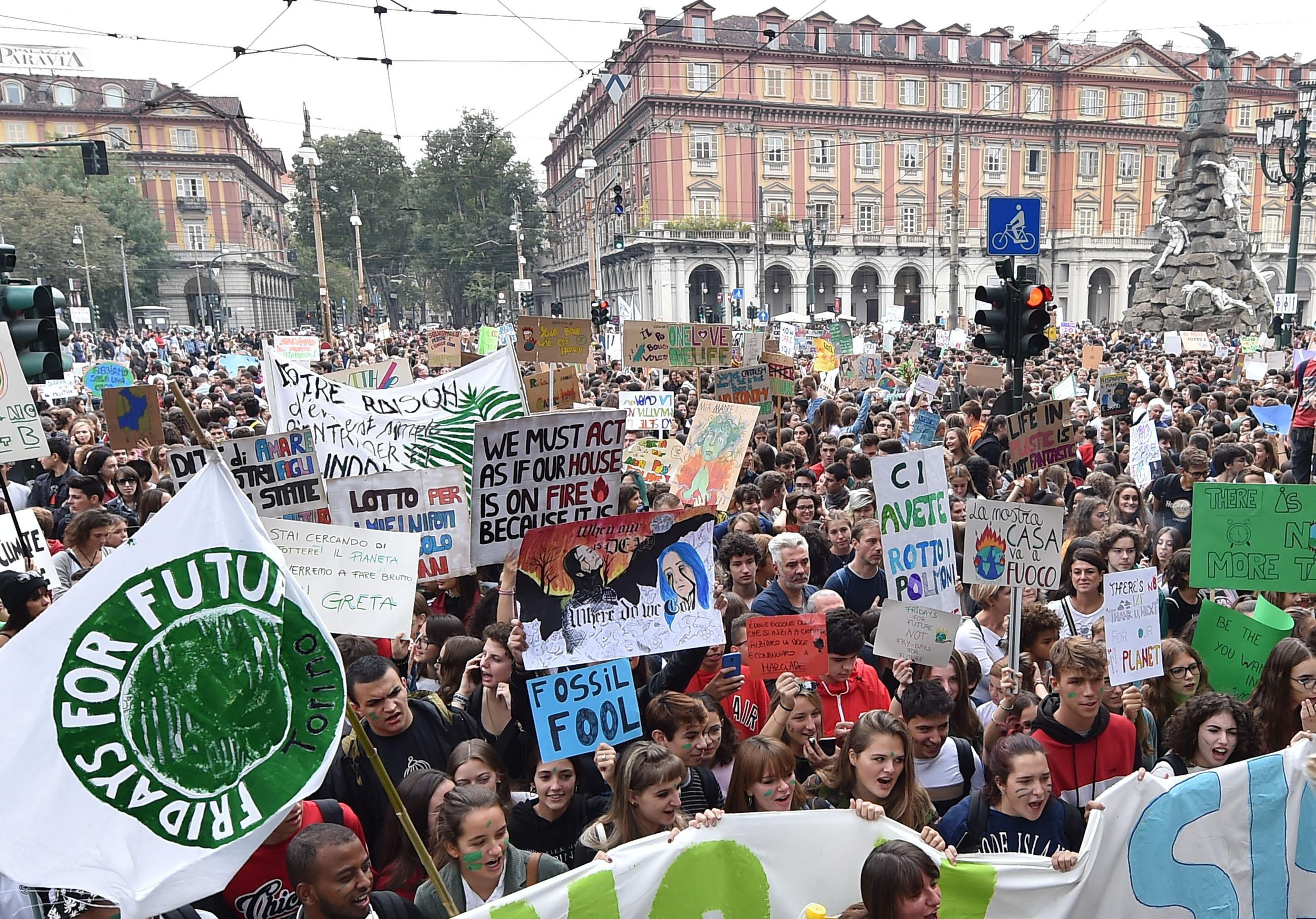 italia-perissoteroi-apo-ena-ekatommyrio-anthropoi-diadilosan-gia-tin-klimatiki-allagi-fotografies5