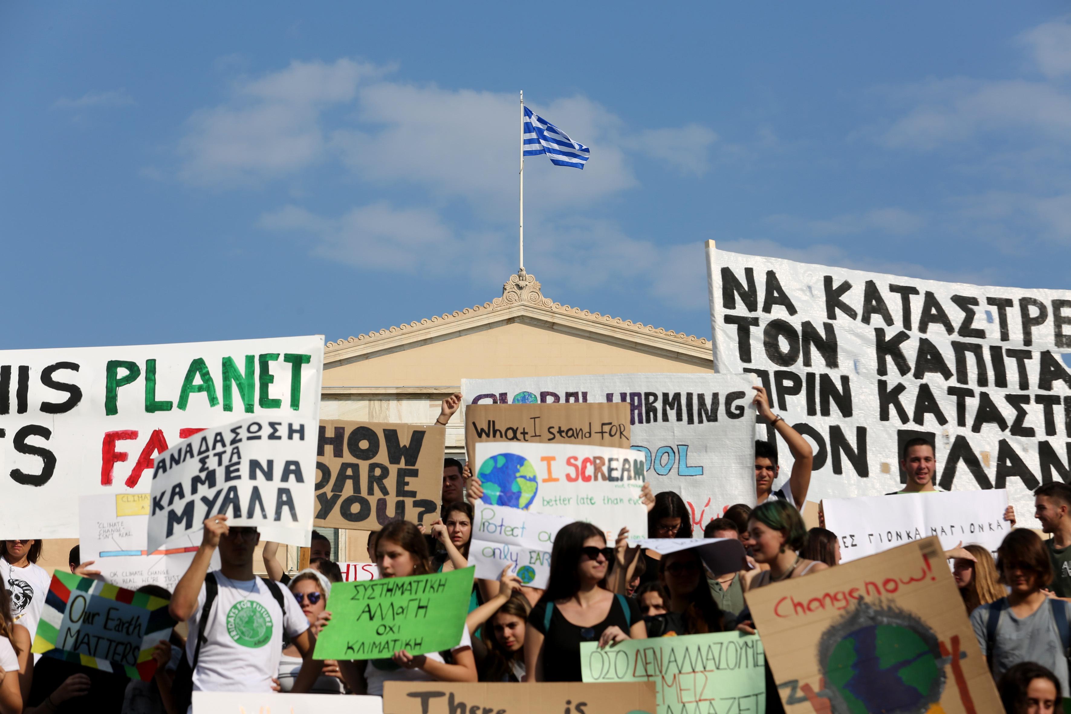 mathitiki-poreia-sto-syntagma-gia-tin-klimatiki-allagi-fotografies1