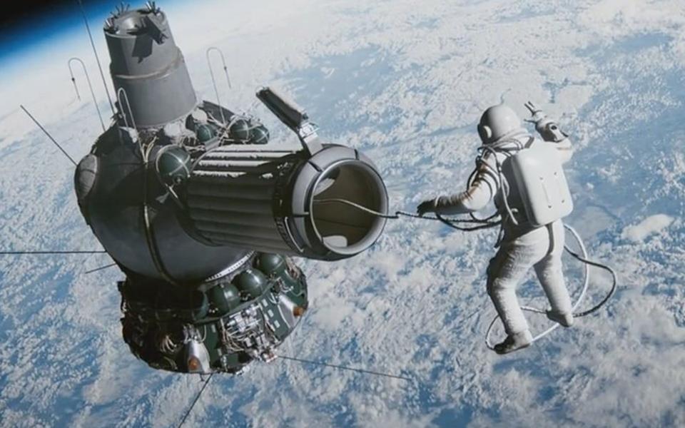 pethane-o-astronaytis-poy-ekane-ton-proto-diastimiko-peripato-vinteo-amp-8211-fotografies1