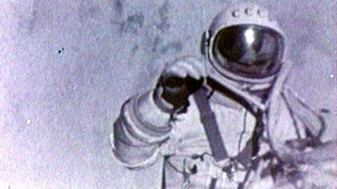 pethane-o-astronaytis-poy-ekane-ton-proto-diastimiko-peripato-vinteo-amp-8211-fotografies0