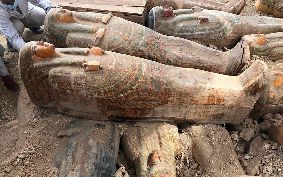 archaiologoi-anakalypsan-20-athiktes-sarkofagoys-stin-aigypto-fotografies1