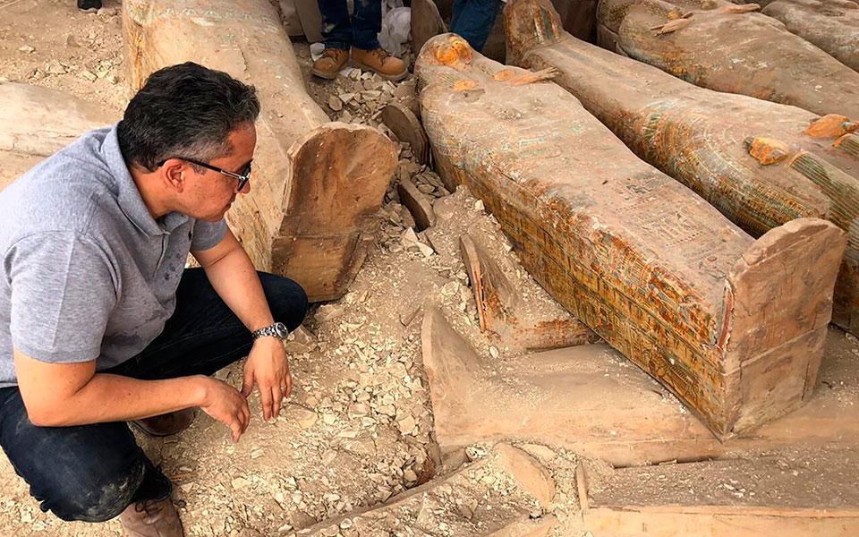 archaiologoi-anakalypsan-20-athiktes-sarkofagoys-stin-aigypto-fotografies3