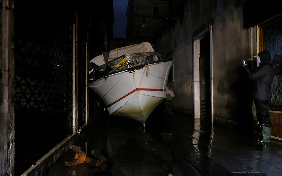 se-katastasi-katastrofis-i-venetia-amp-8211-i-deyteri-megalyteri-plimmyra-stin-istoria-tis-fotografies6