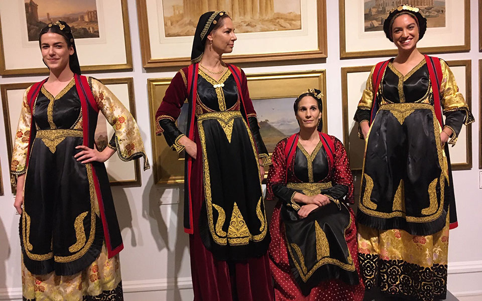 costumes-with-faces-mia-thematiki-vradia-oikonomikis-stirixis-sto-moyseio-mpenaki-deichnei-ton-dromo1