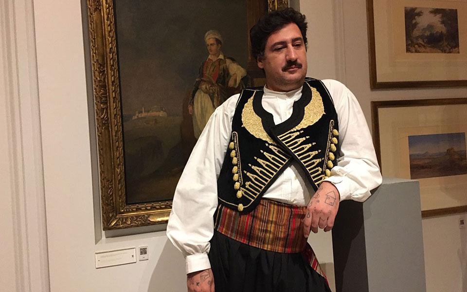costumes-with-faces-mia-thematiki-vradia-oikonomikis-stirixis-sto-moyseio-mpenaki-deichnei-ton-dromo3