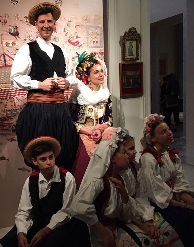costumes-with-faces-mia-thematiki-vradia-oikonomikis-stirixis-sto-moyseio-mpenaki-deichnei-ton-dromo4