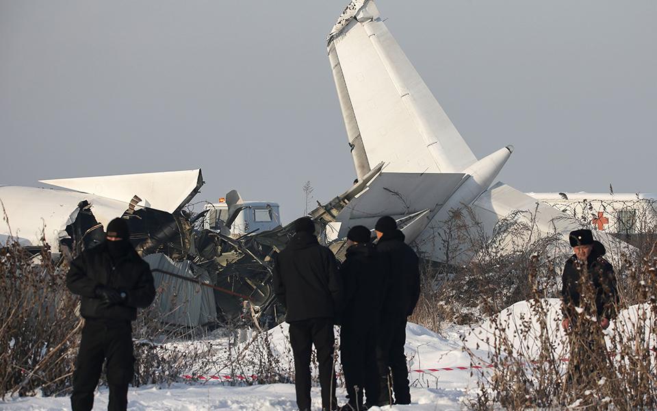 oi-protes-ektimiseis-gia-tin-aeroporiki-tragodia-sto-kazakstan-amp-8211-oi-martyries-ton-epizonton1